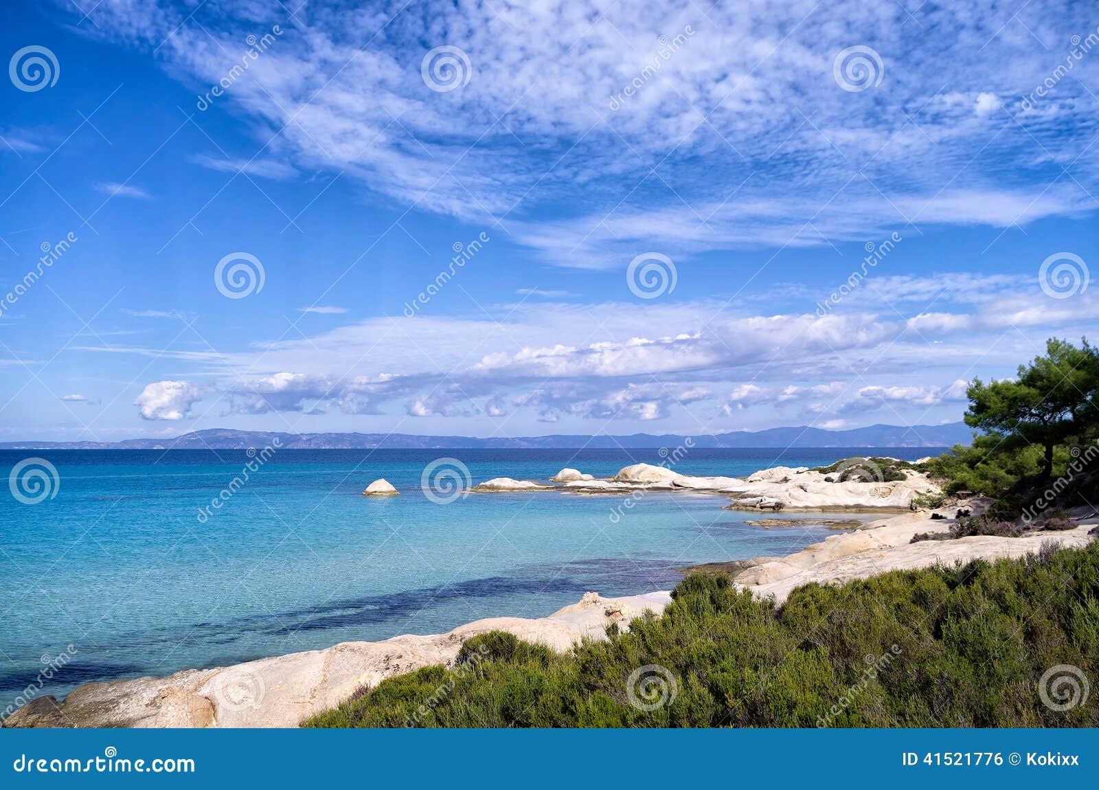 Côte rocheuse avec l eau exotique et de petits golfes arénacés, dans Chalkidiki, la Grèce