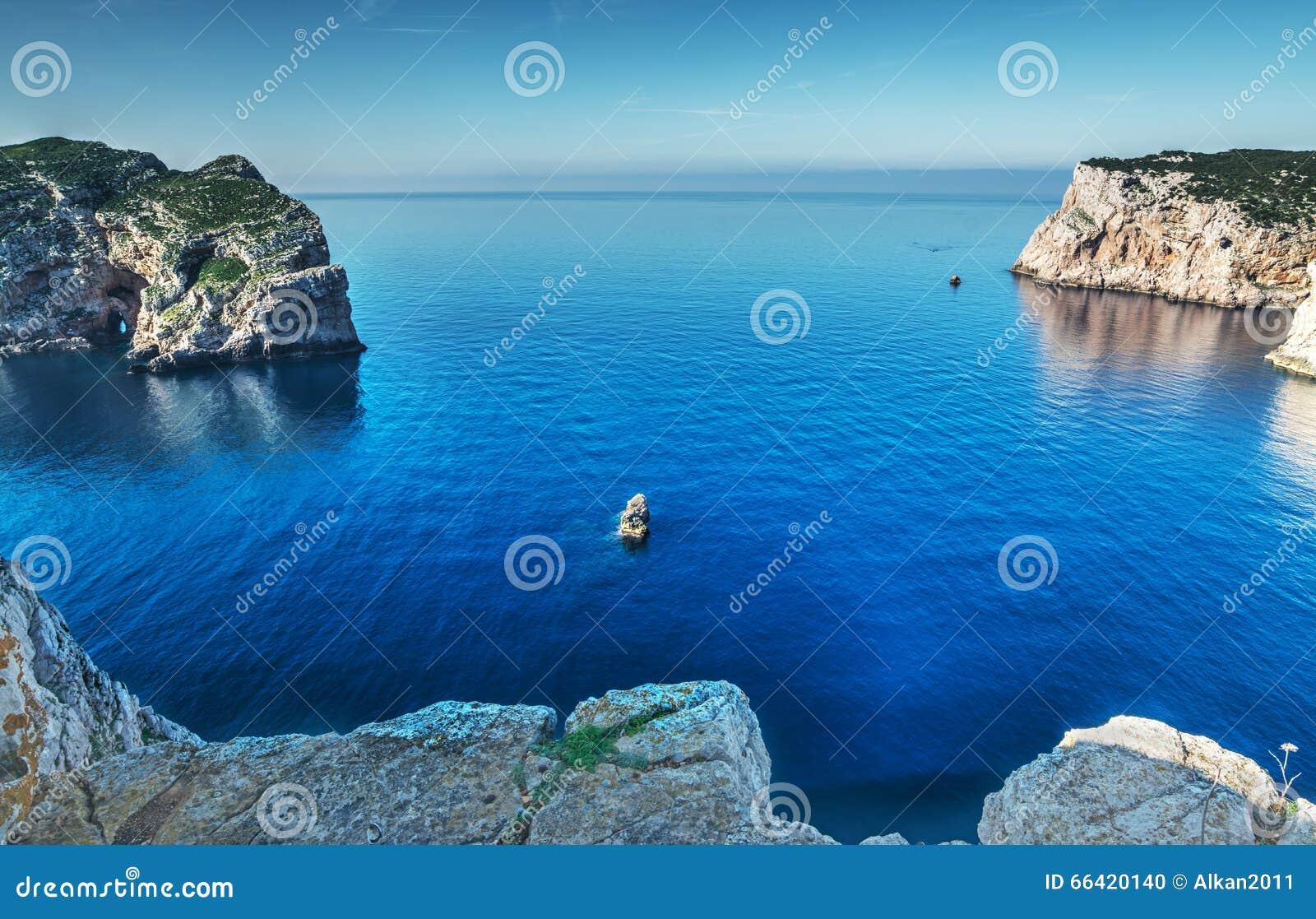 Côte rocheuse dans le capo Caccia