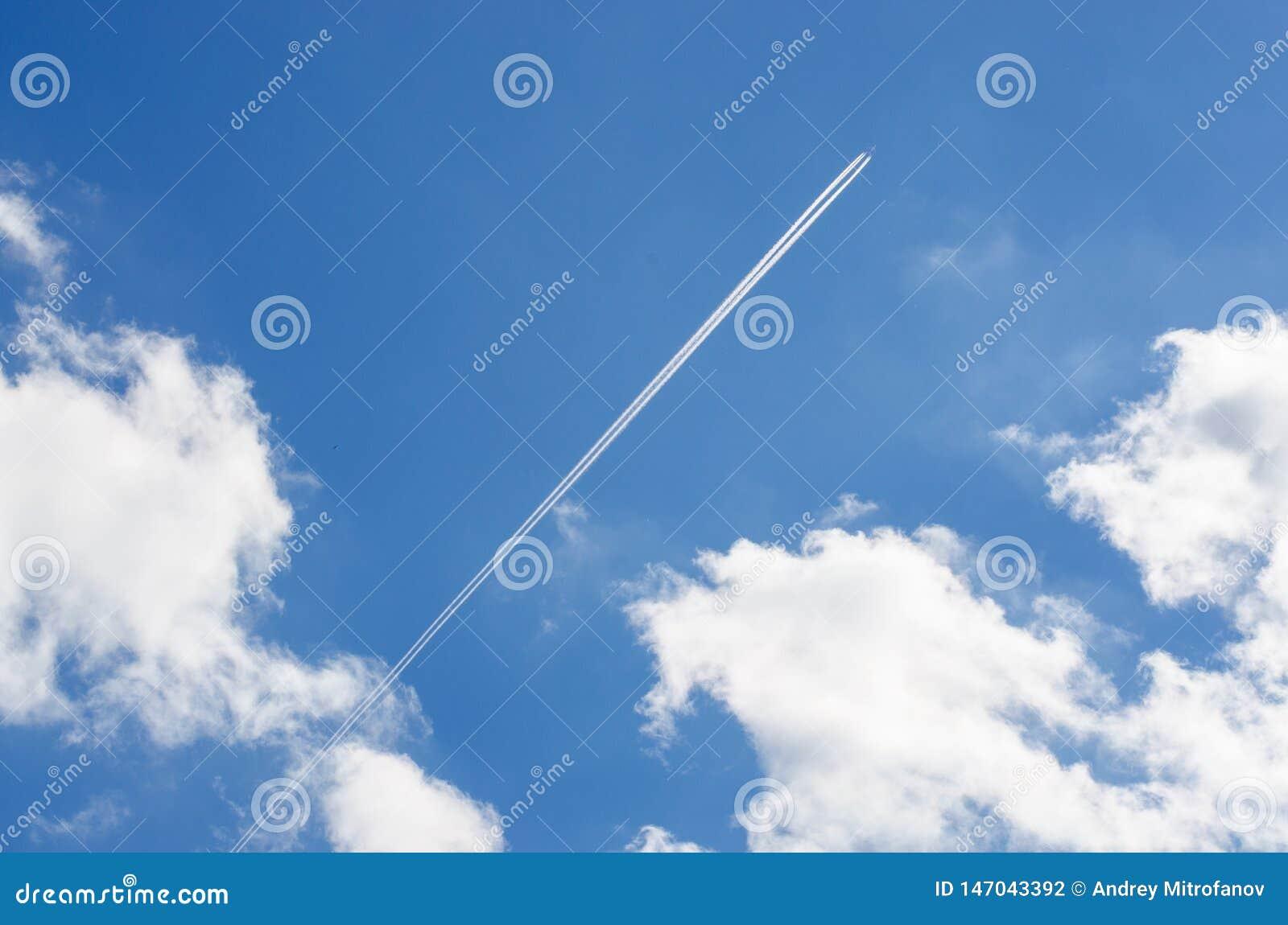 C?u azul Nuvens brancas Tra?o do plano
