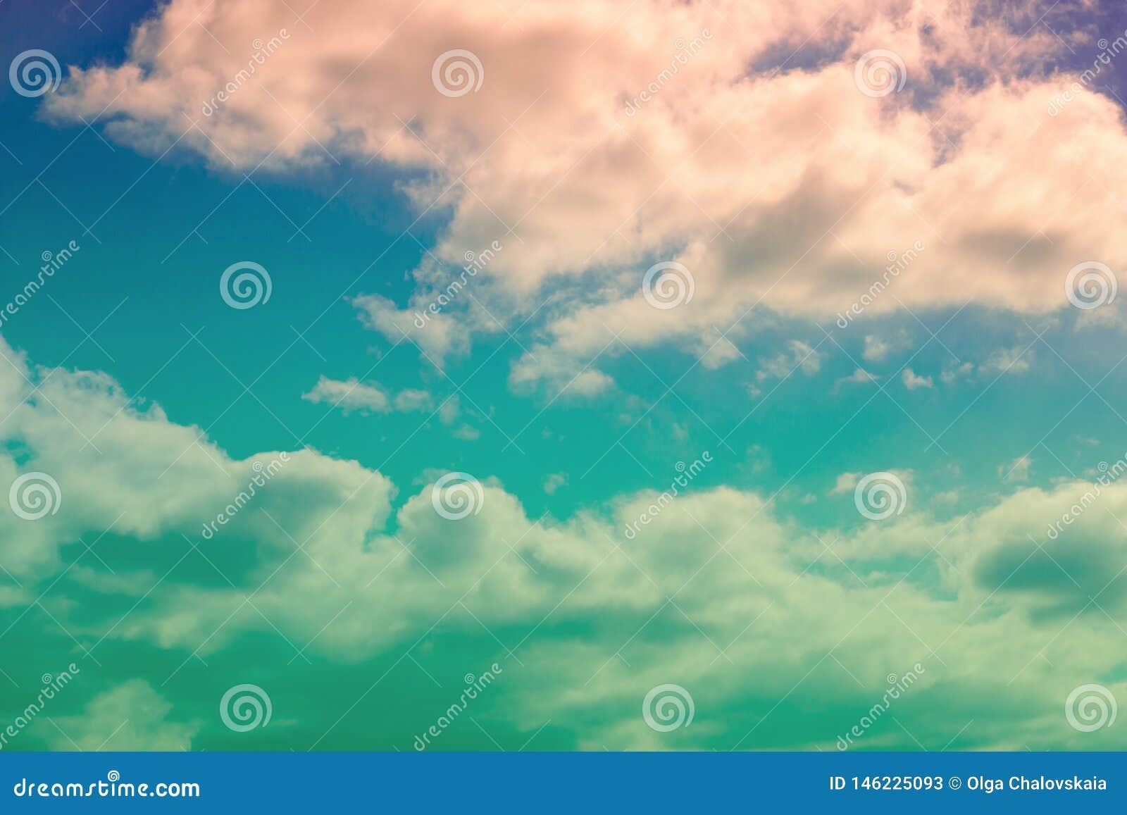 C?u dram?tico e nuvens coloridas