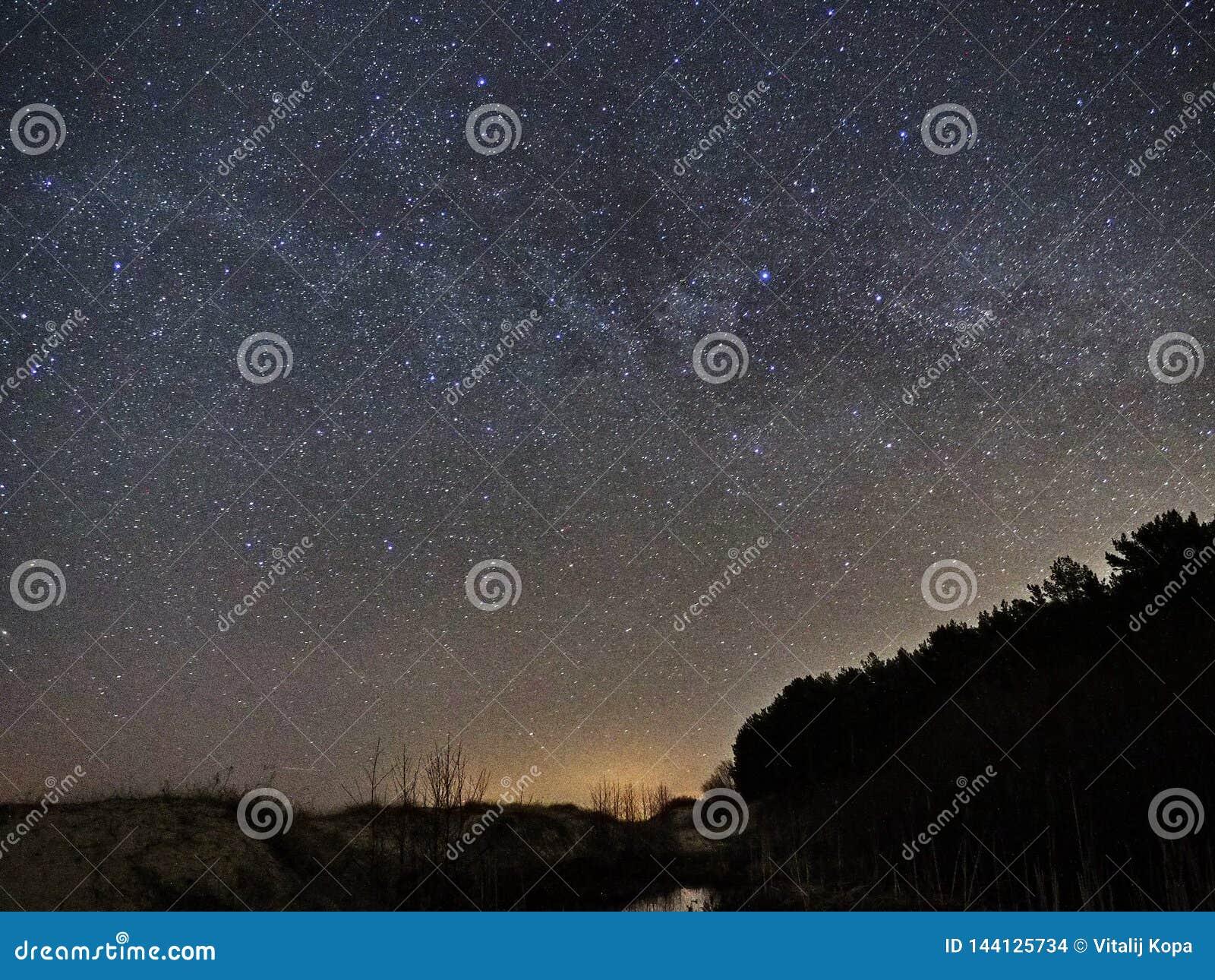 C?u noturno e constela??o das estrelas da Via L?tea, do Cygnus de Cassiopea e do Lyra