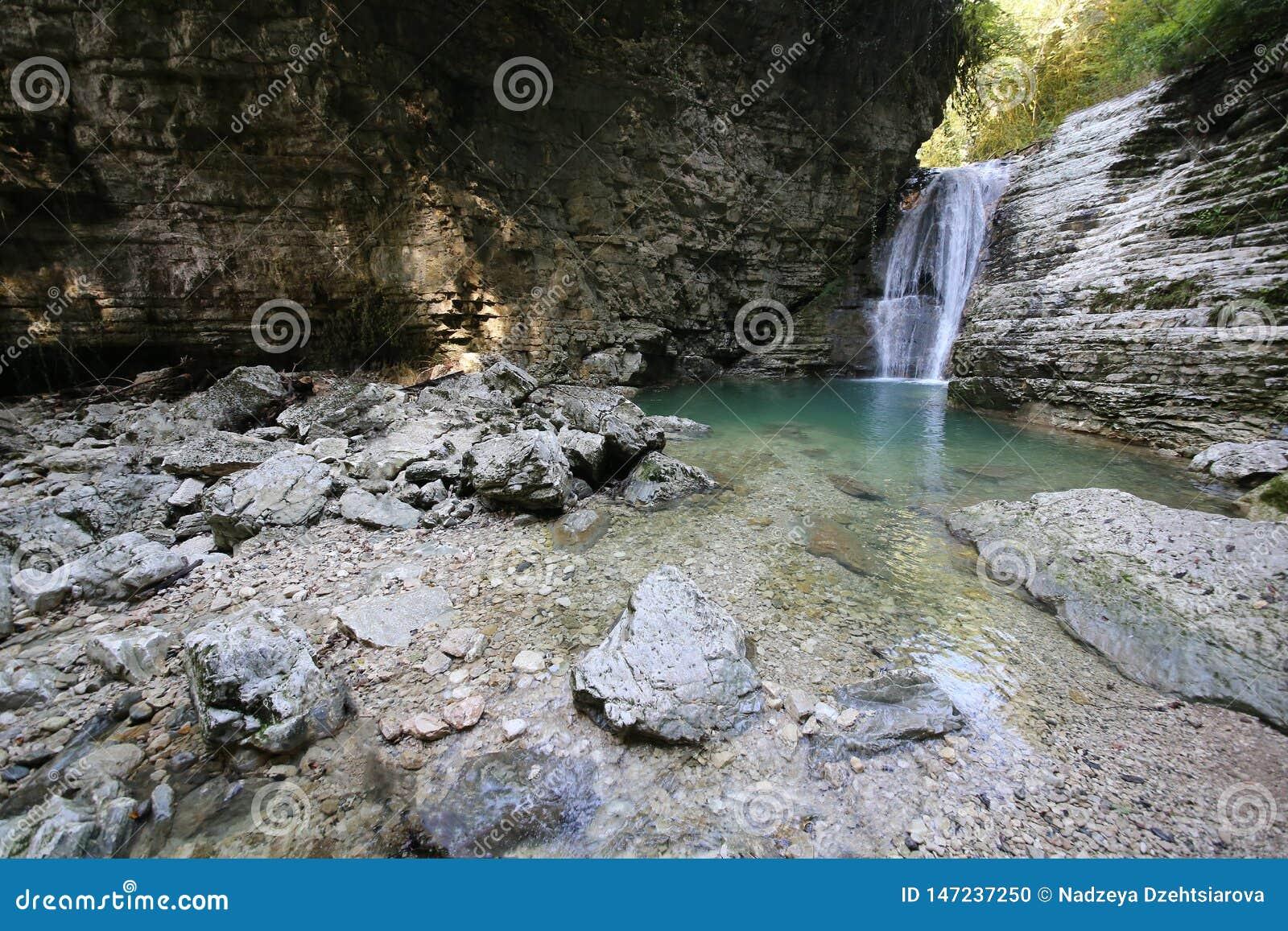 C?ucaso Cachoeira no desfiladeiro de Tsebeldinsky