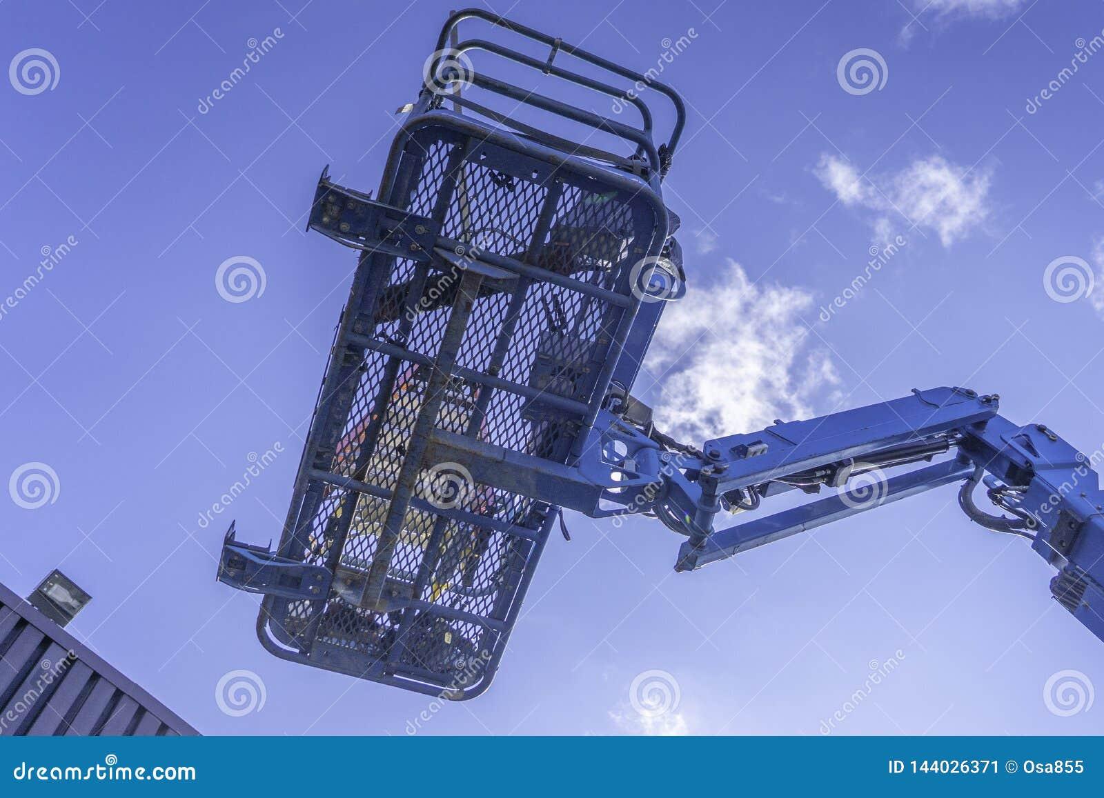 C?us claros azuis de Cherry Picker Crane Underneath