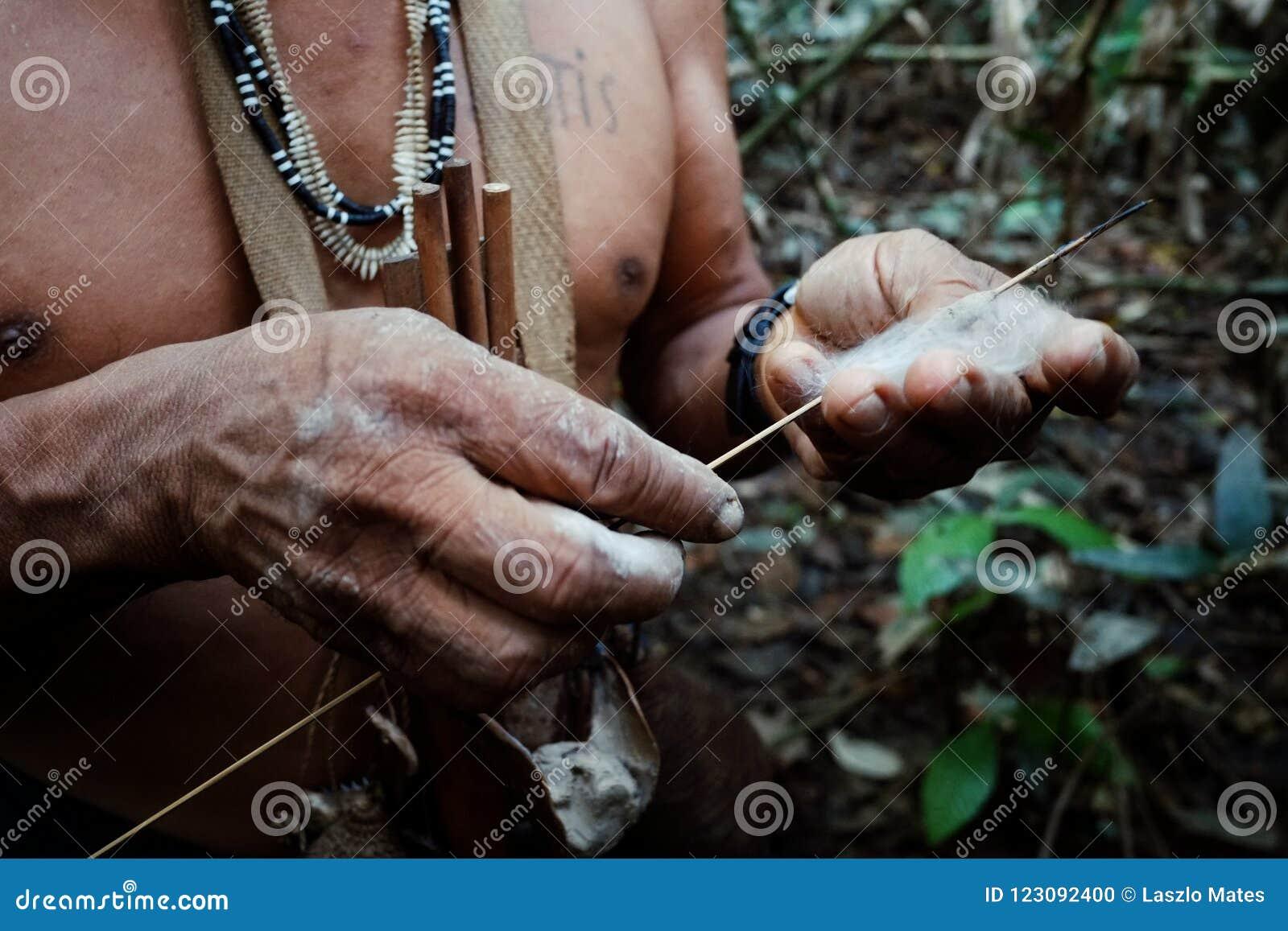 Caça tribal de Binan Tukum da pessoa idosa com seu filho para macacos na floresta úmida