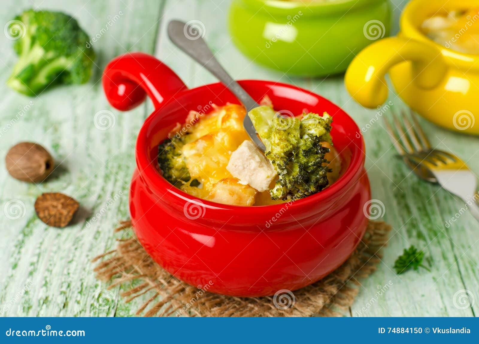 Caçarola com massa, galinha e brócolis