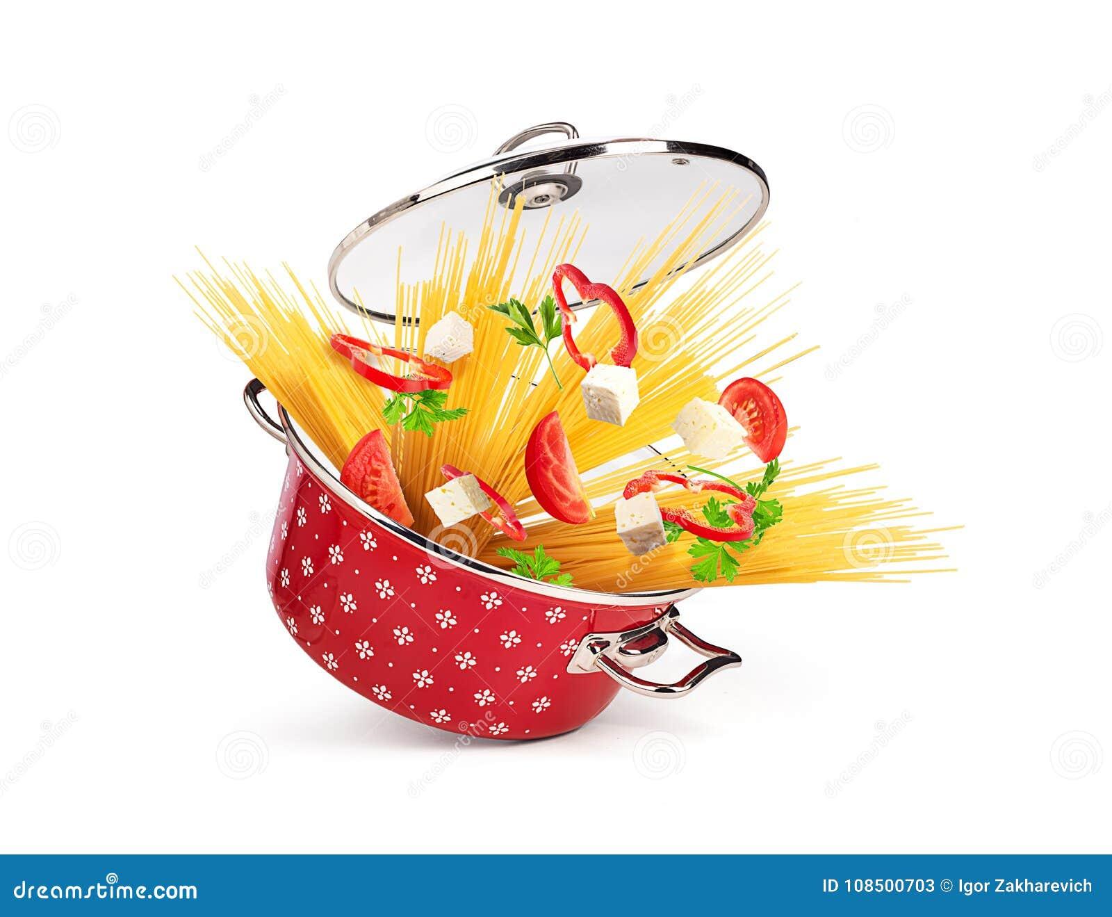 Caçarola vermelha com massa e queijo, vegetais, isolados