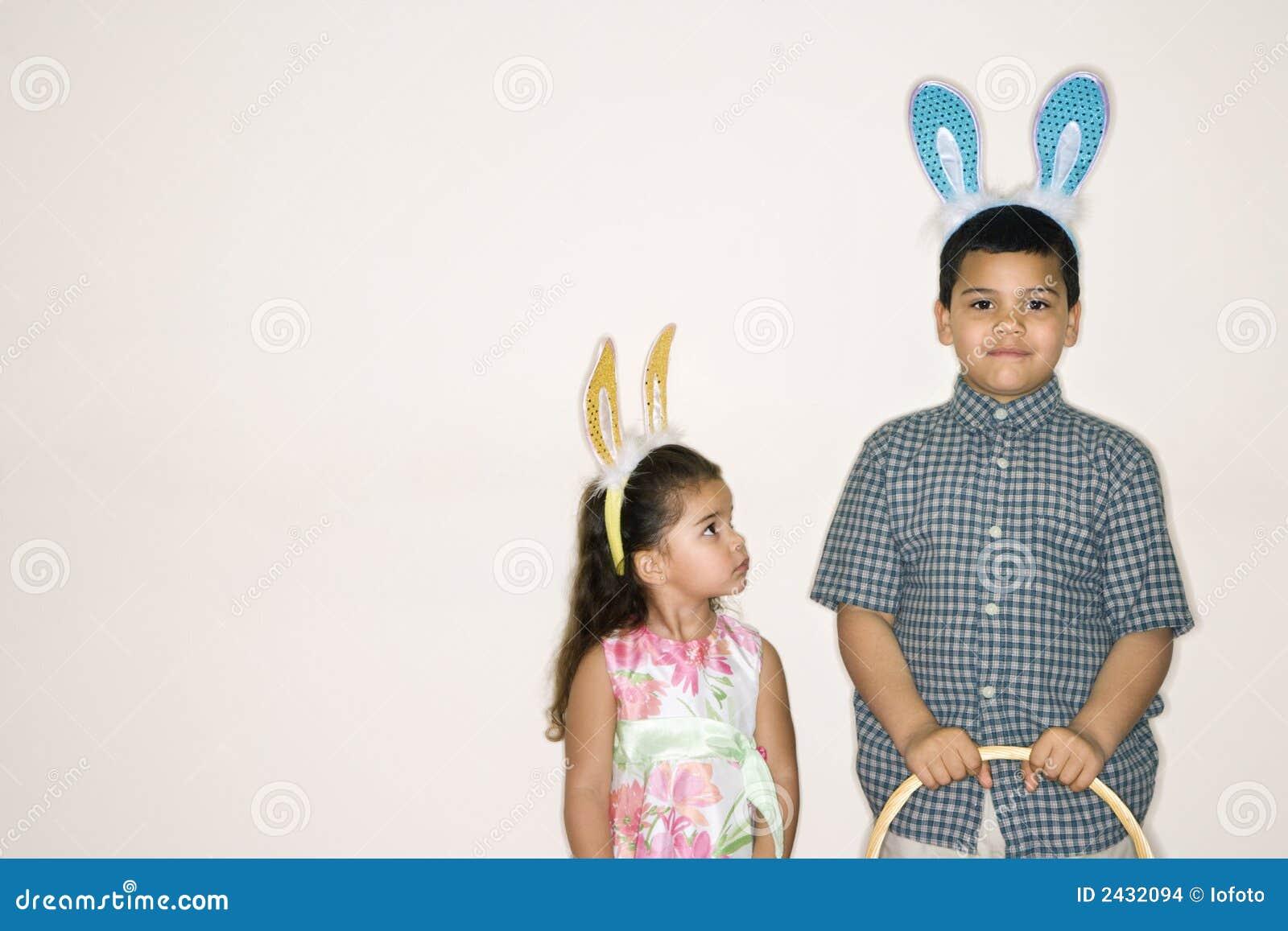 Caçoa as orelhas desgastando do coelho.