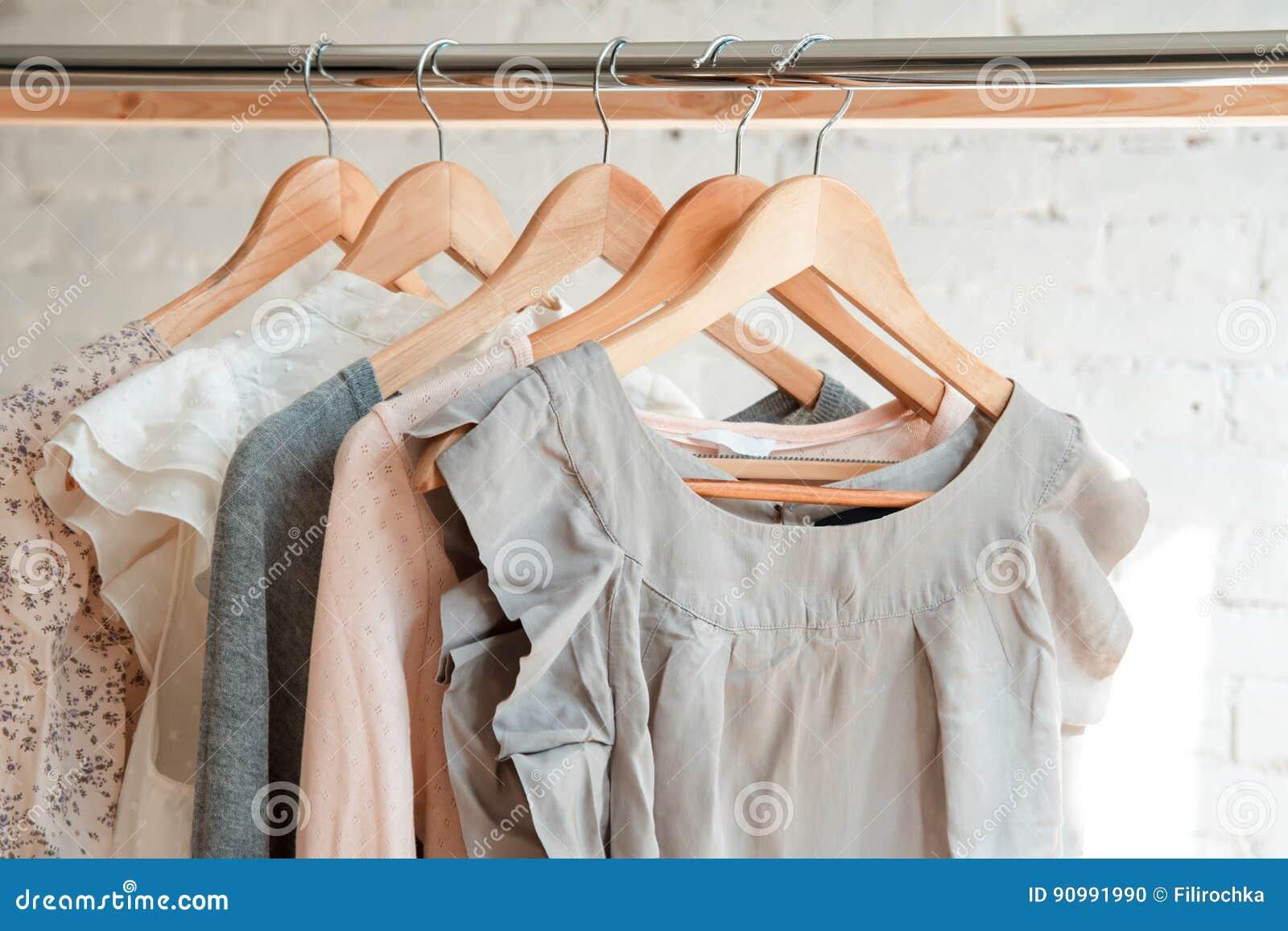 Caída de la ropa en el estante de la ropa