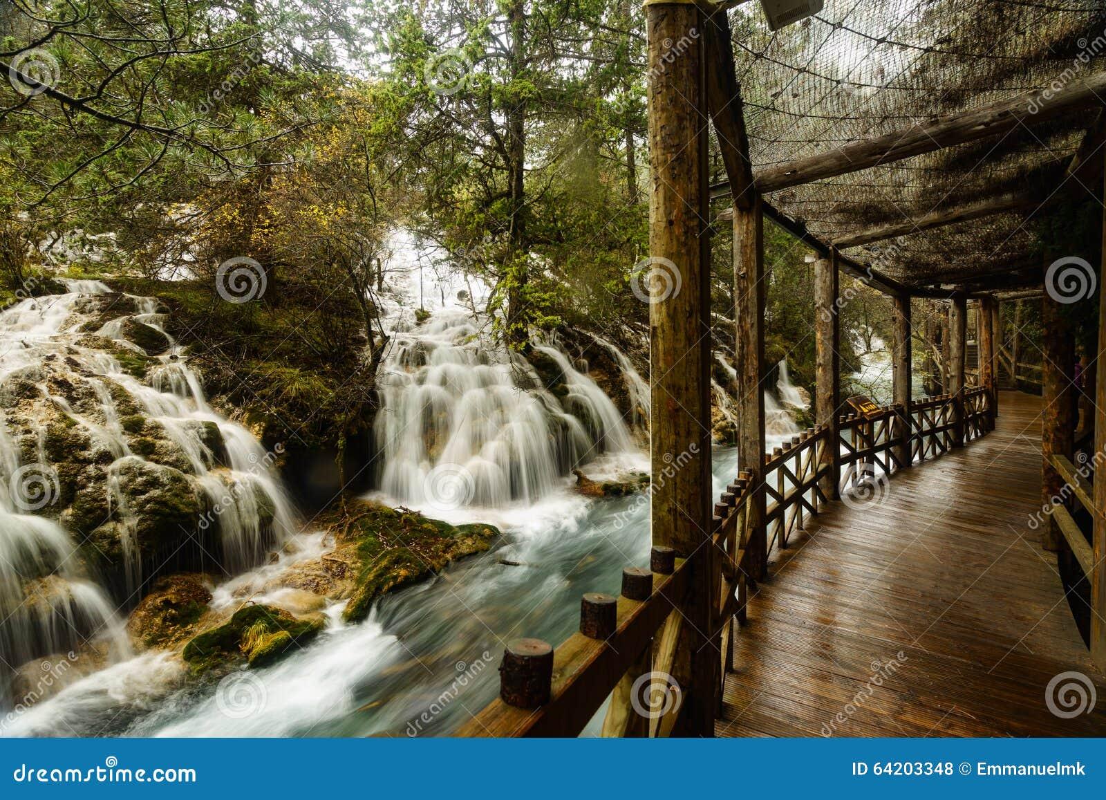 Caída del agua en el valle Jiuzhaigou
