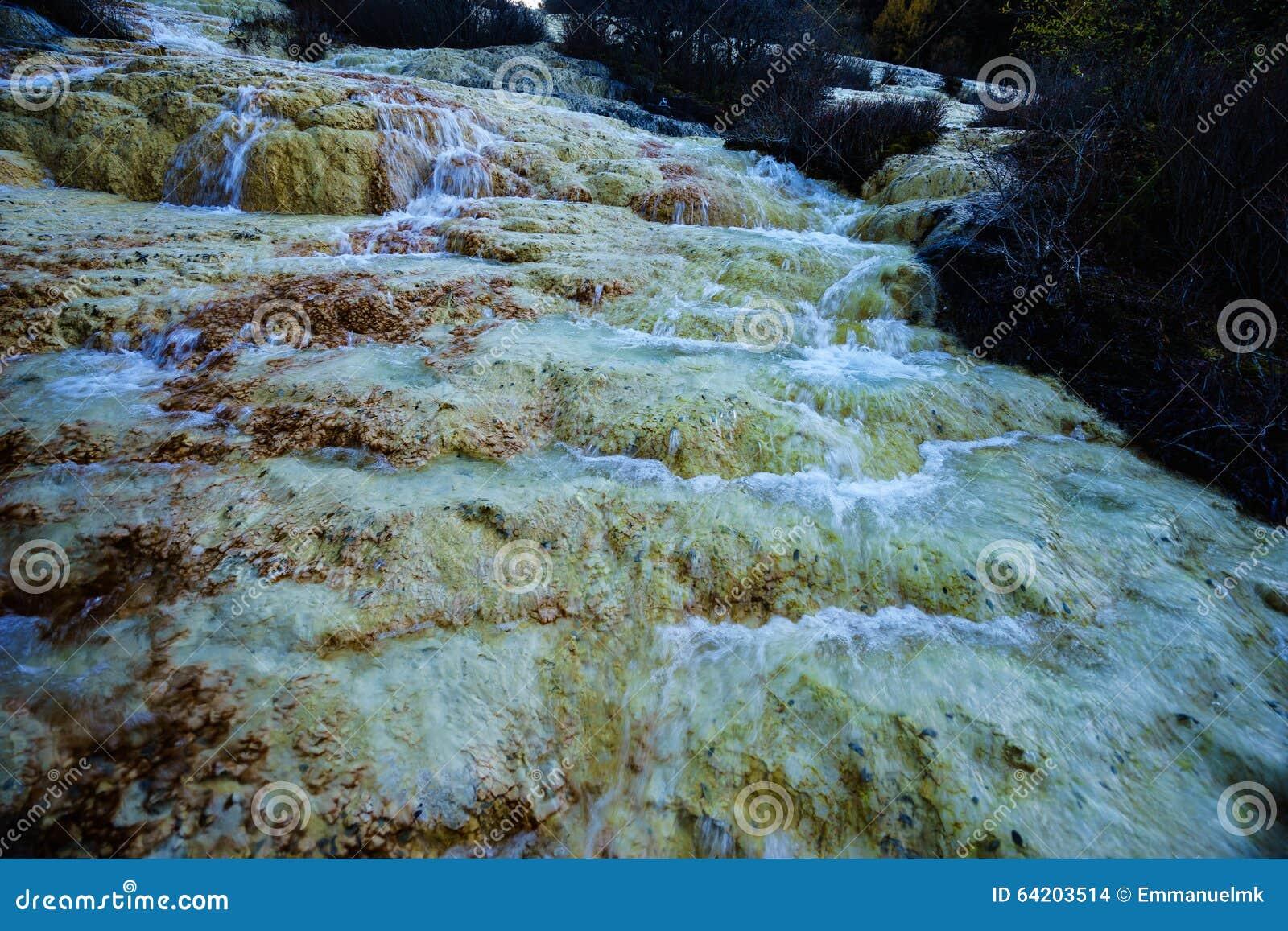 Caída del agua en el valle Jiuzhaigou con la retención mineral