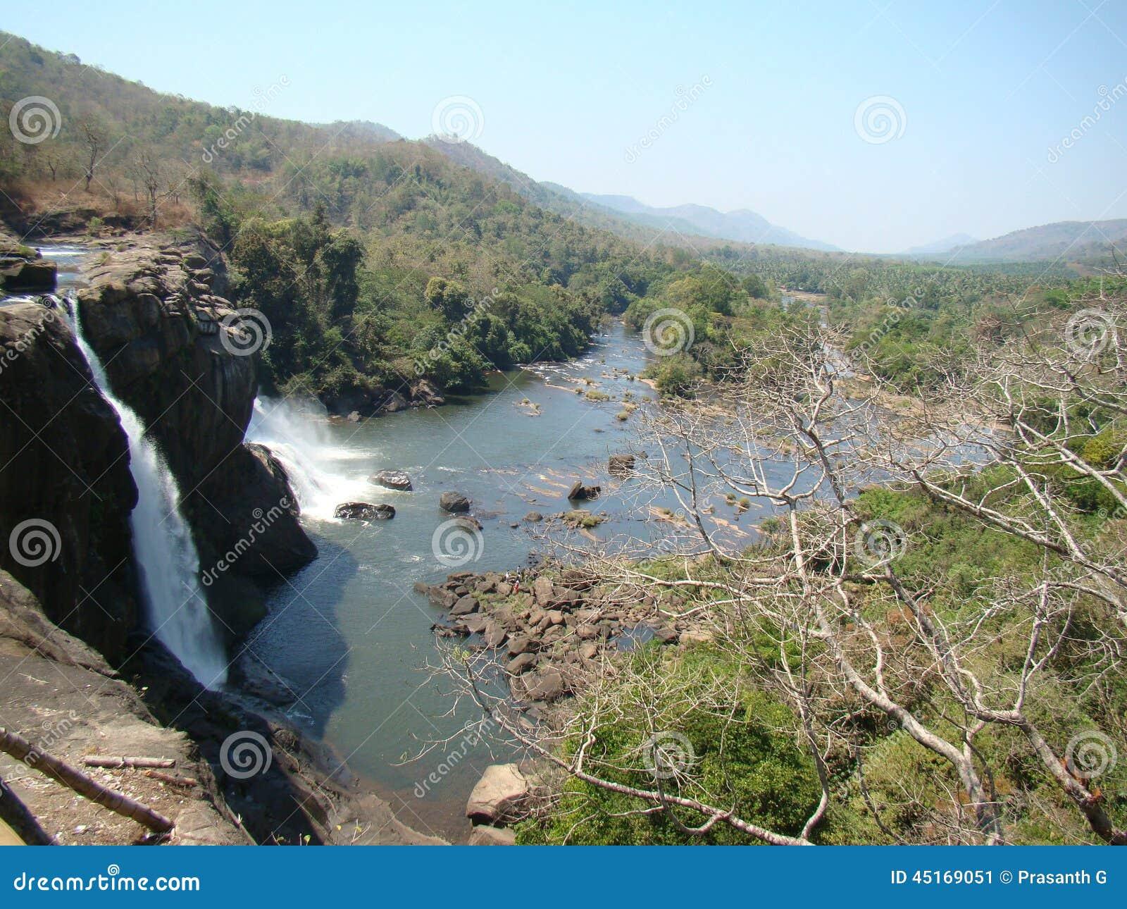 Caída del agua y opinión del río de la montaña