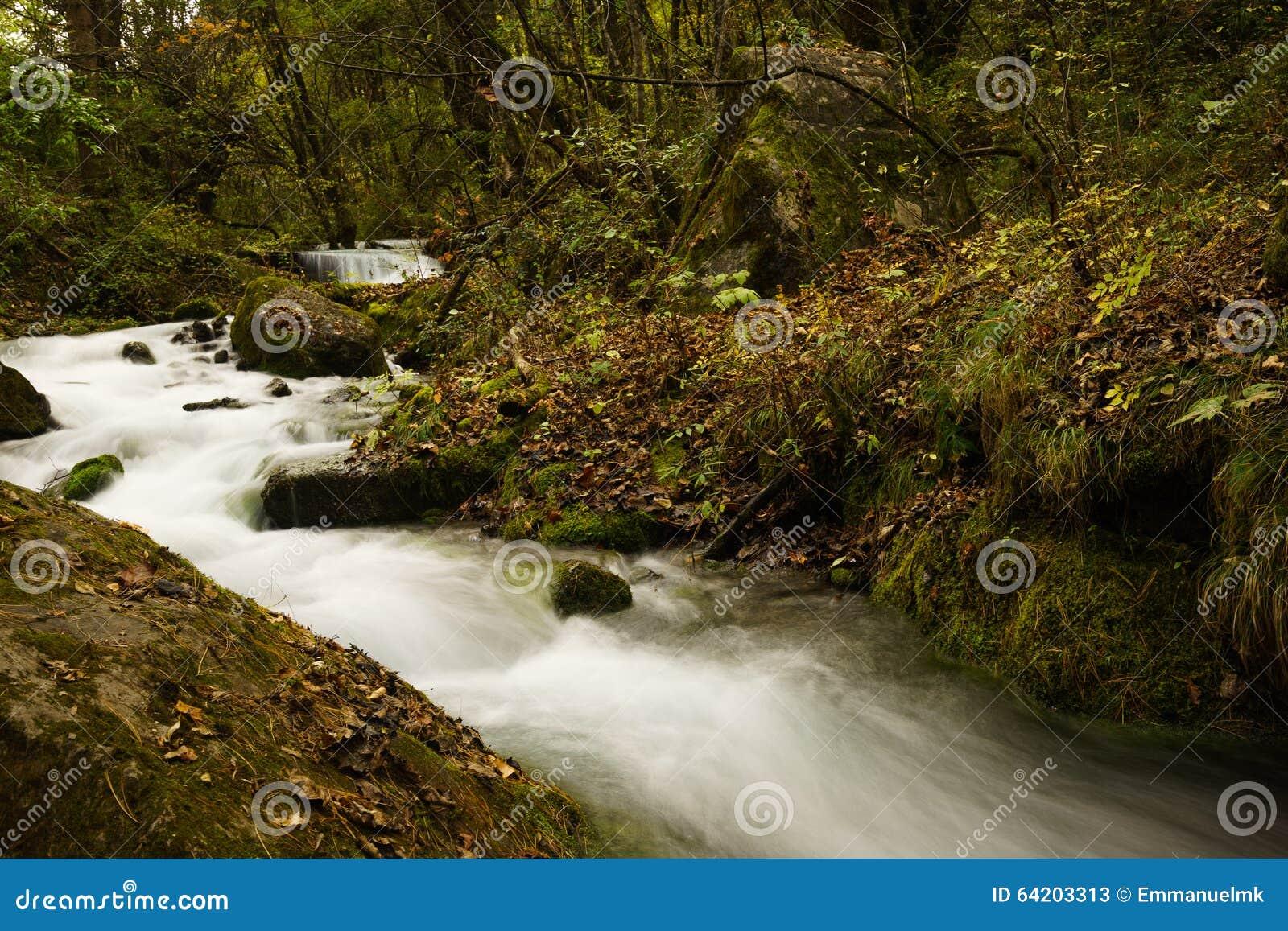 Caída del río y del agua en el valle Jiuzhaigou