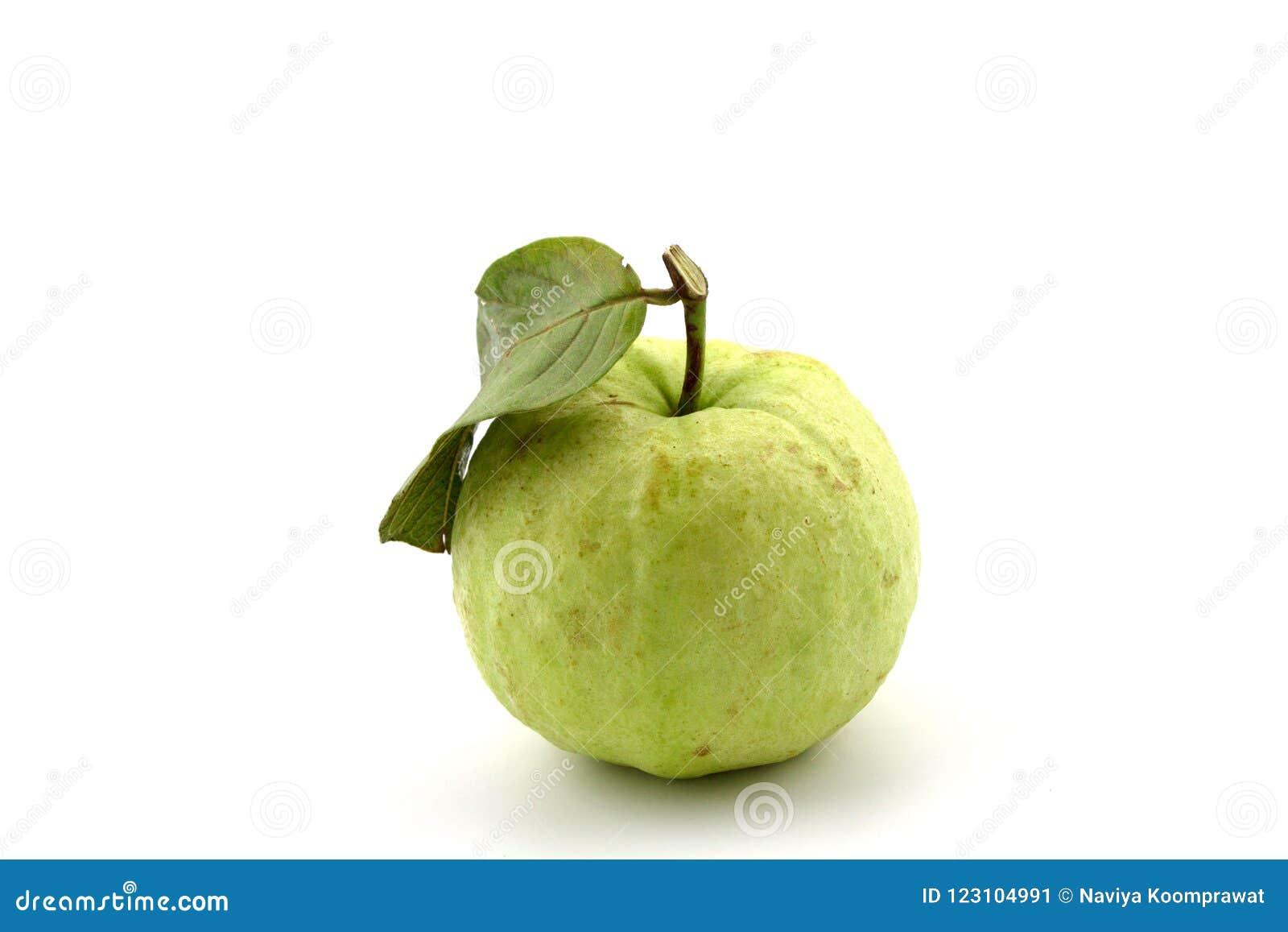 Całe surowe guava owoc odizolowywali białego tło