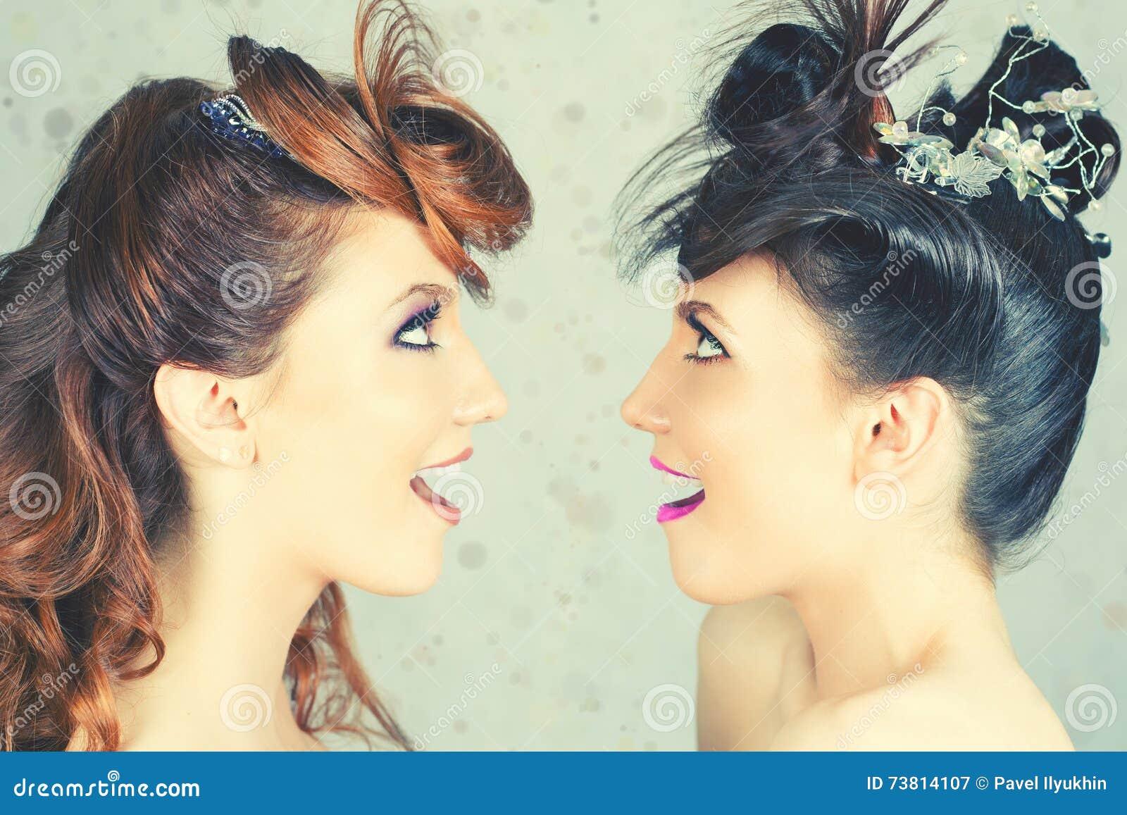 Całkowicie Wspaniałe bliźniak dziewczyny z mody fryzurą i makijażem