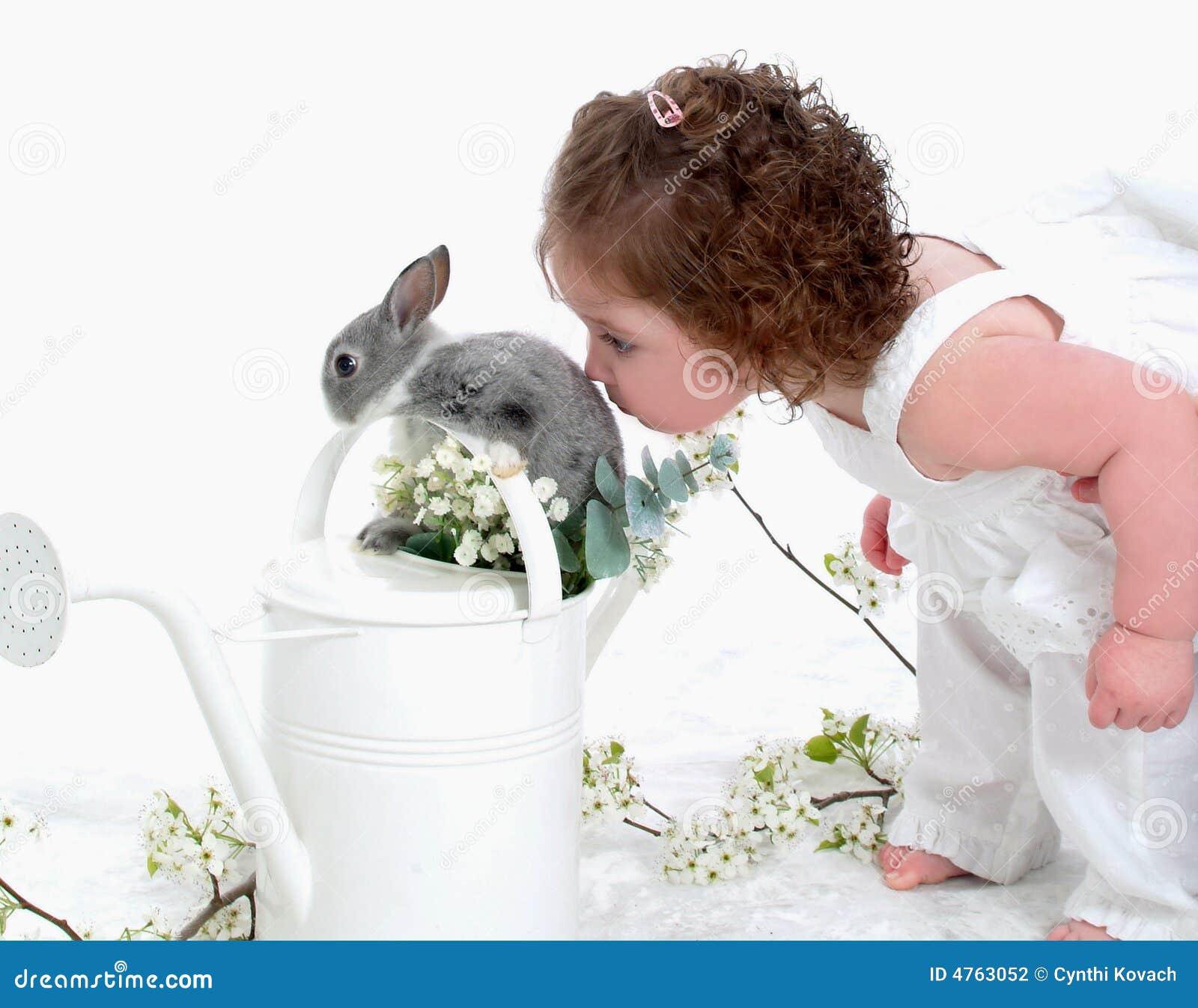 Całowanie królika dziecka