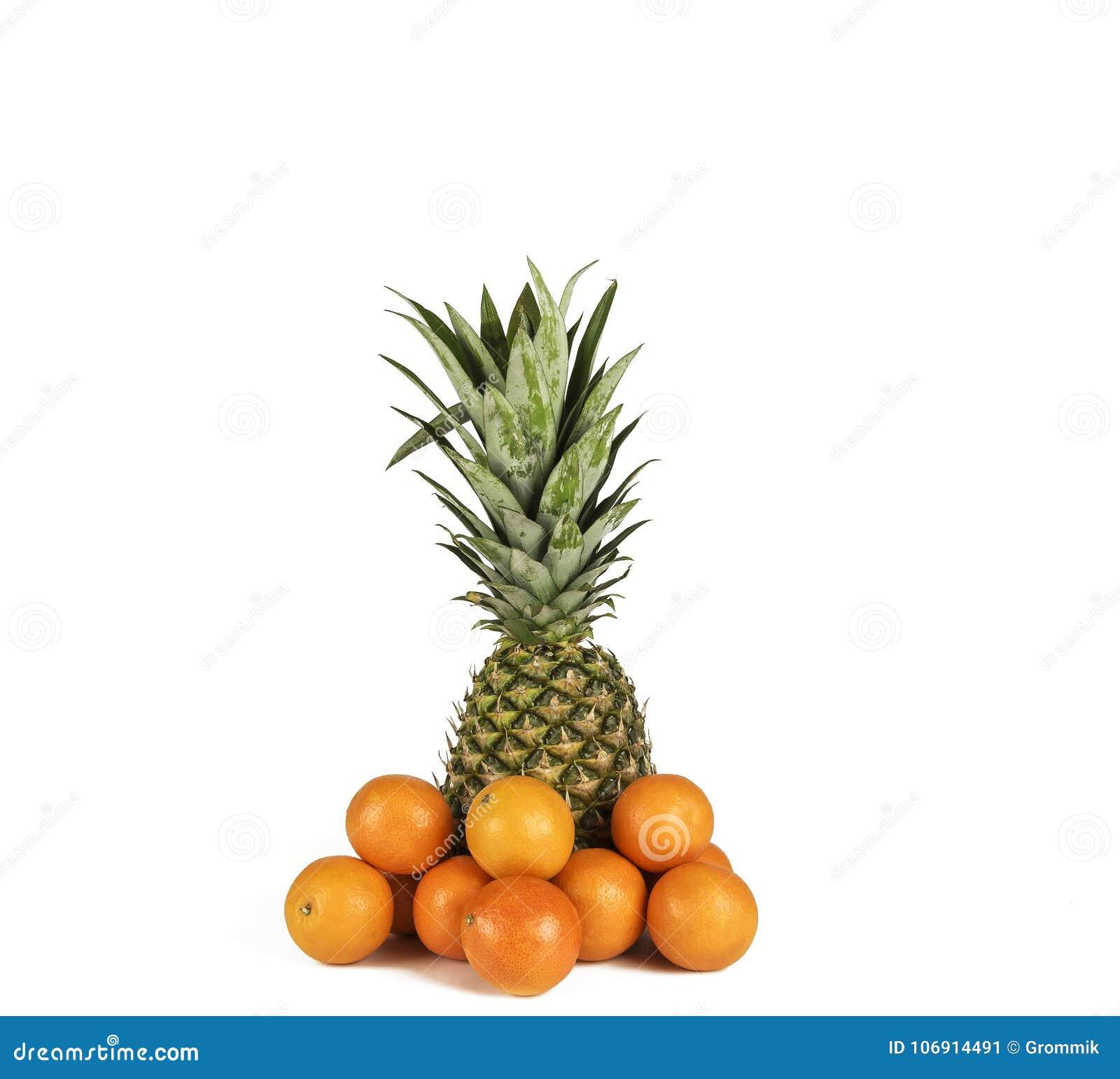 Cały ananasowy i kilka tangerines na białym tle