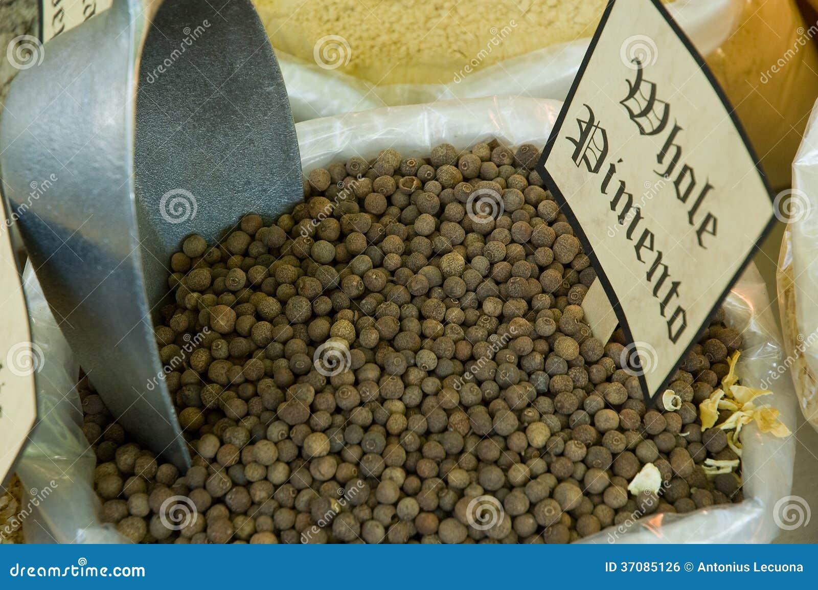 Download Całe pimentowe granule zdjęcie stock. Obraz złożonej z grainer - 37085126