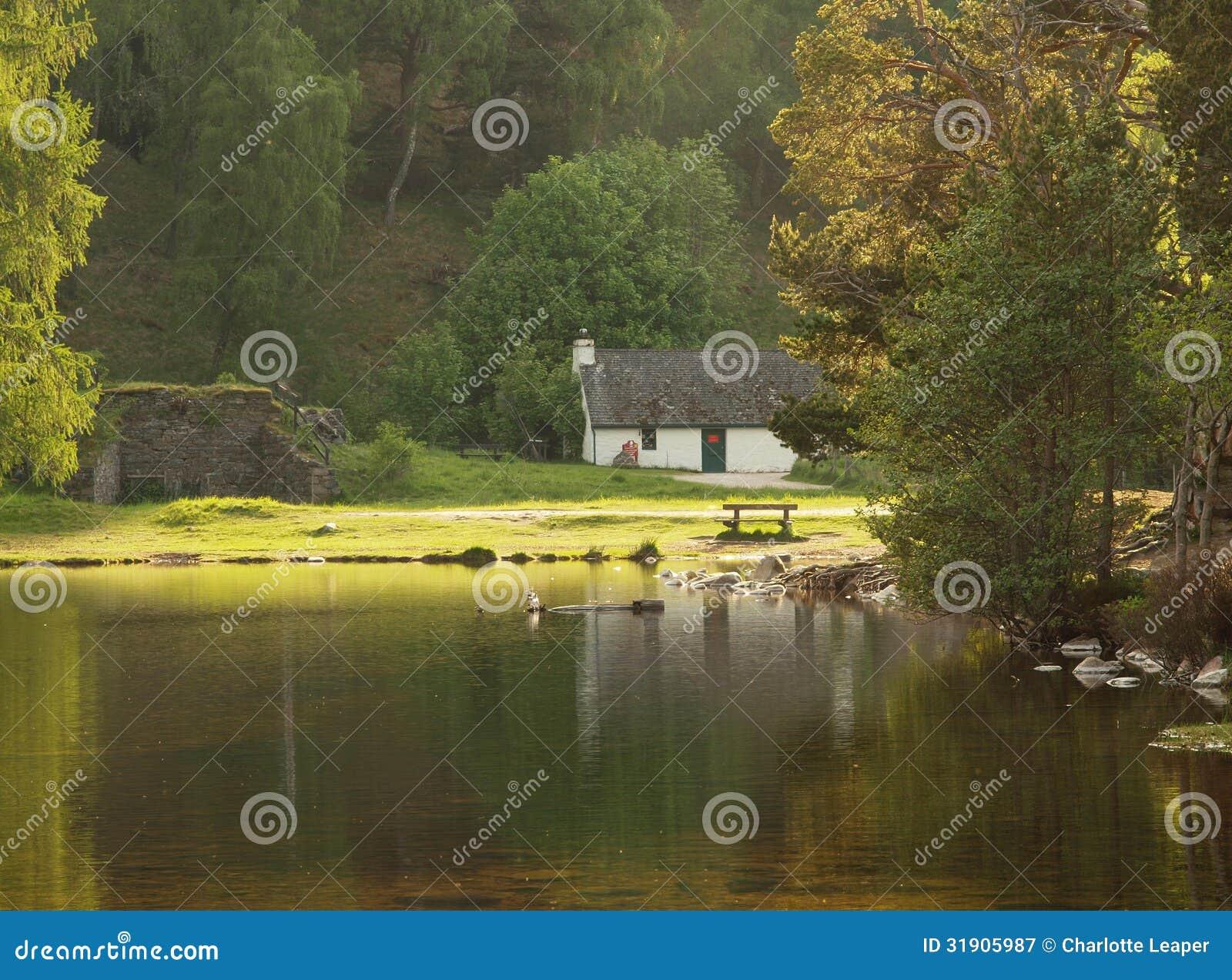 Cabaña blanca en el lago, Escocia