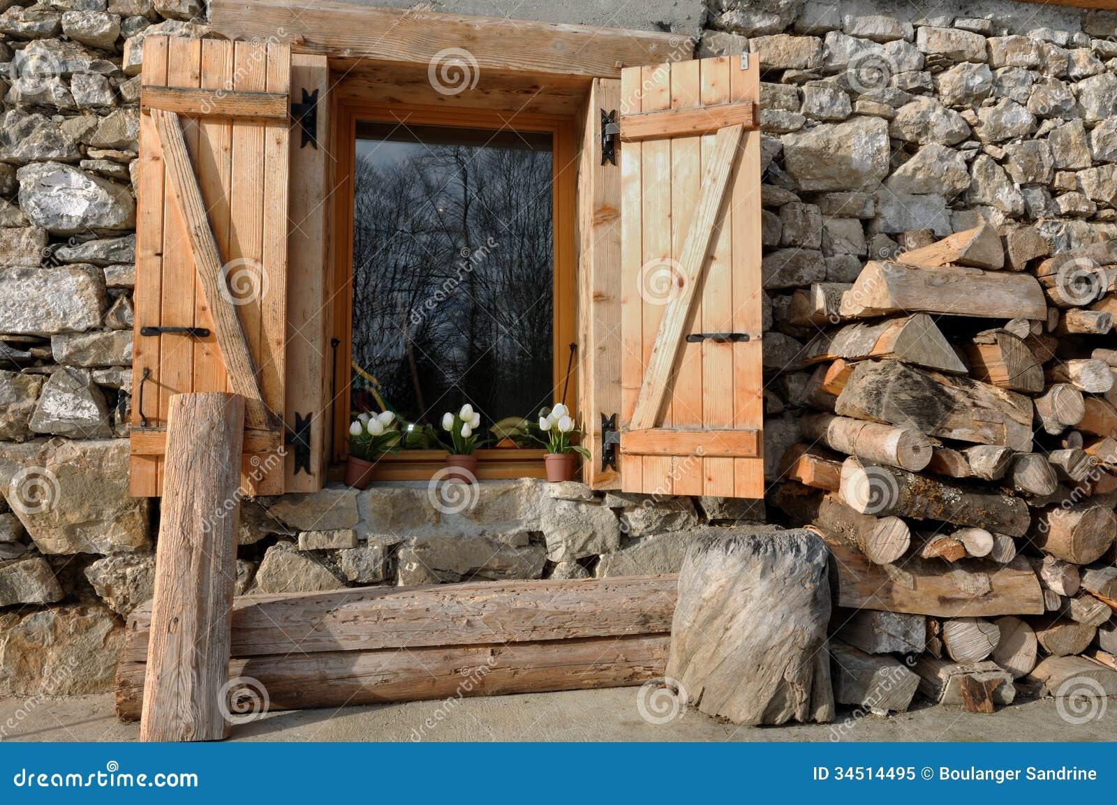 Caba a de la piedra y de la madera imagen de archivo for La beta de la madera