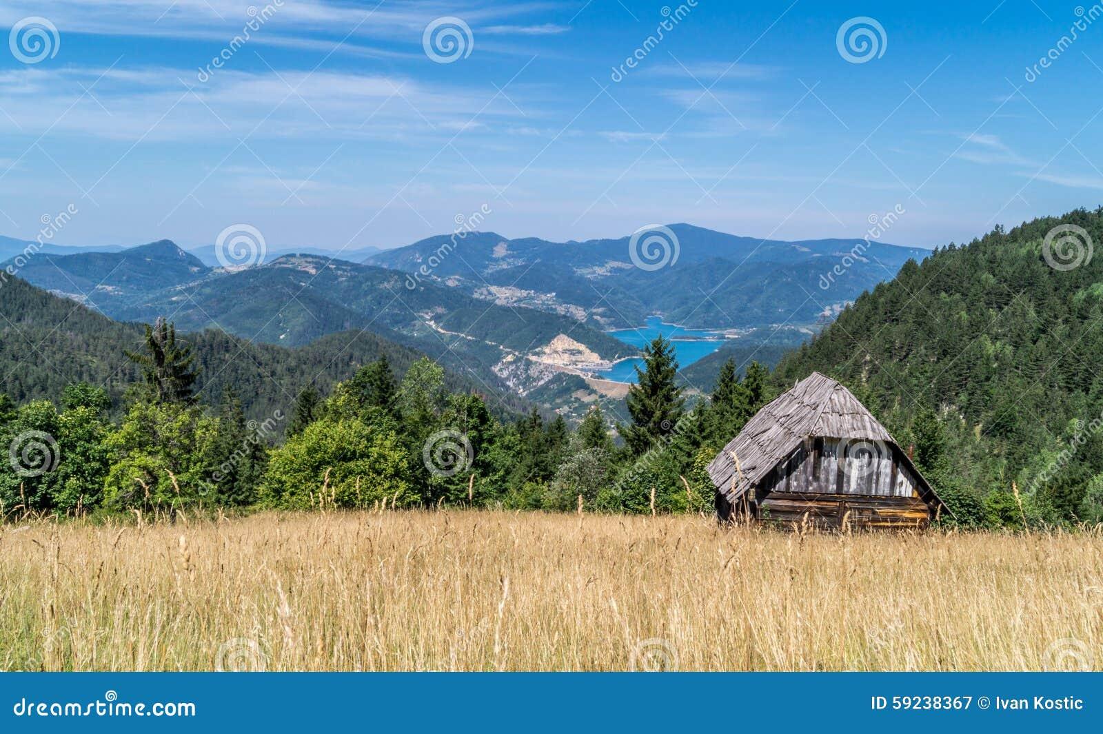 Download Cabaña De Madera En Paisaje Imagen de archivo - Imagen de fondo, lago: 59238367