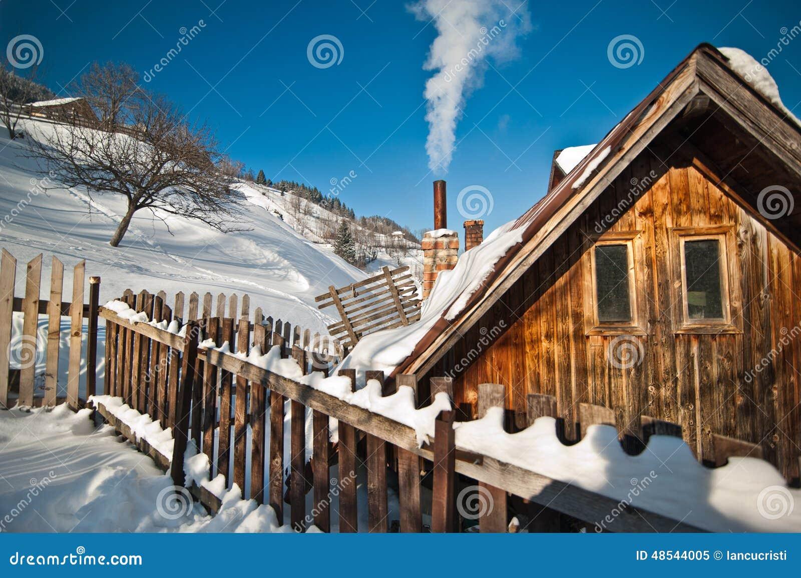 Caba a de madera vieja con la colina cubierta por la nieve - Cabanas de madera en la nieve ...