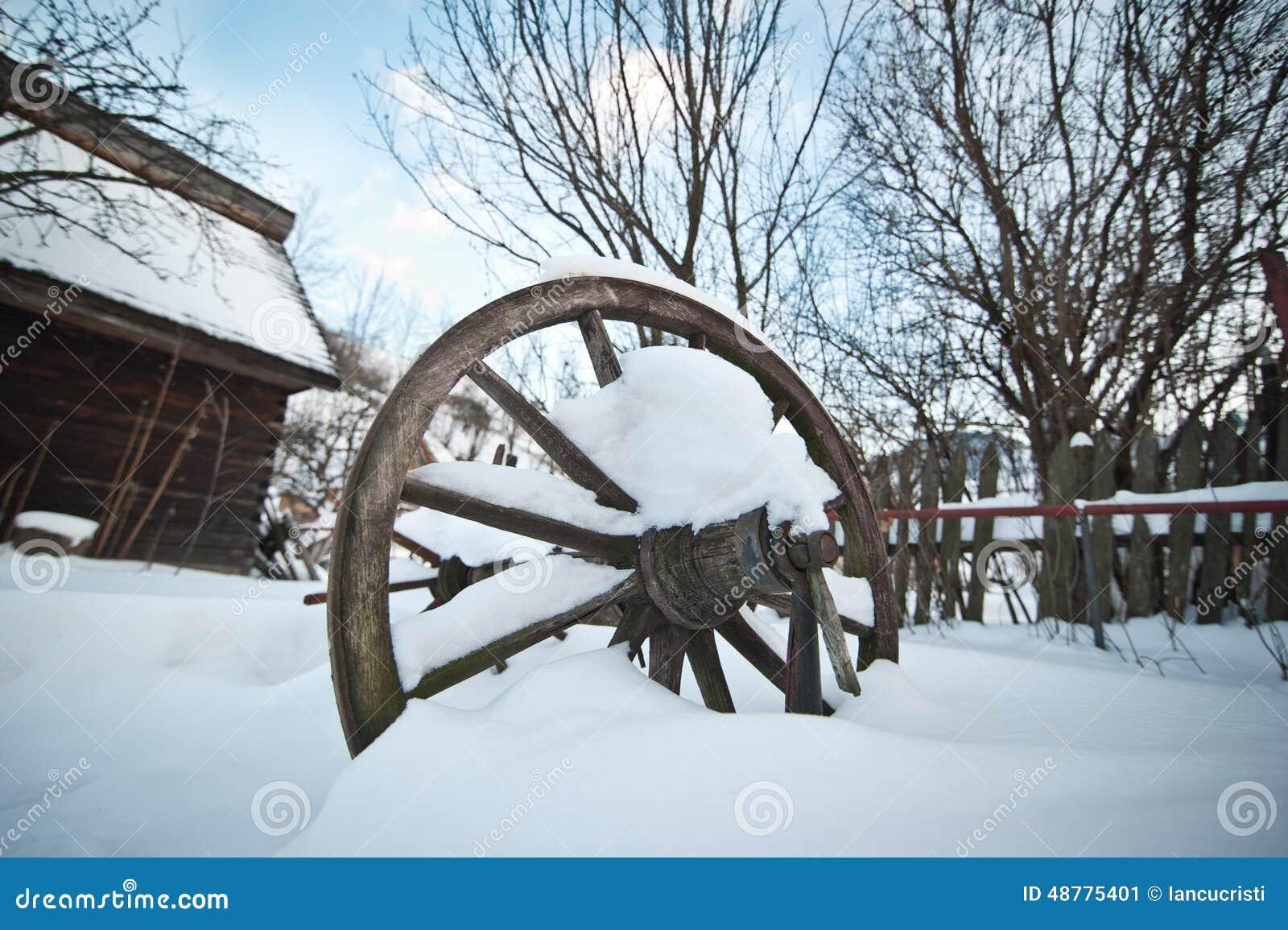 Caba a de madera vieja y rueda rumana de madera cubiertas - Cabanas de madera en la nieve ...