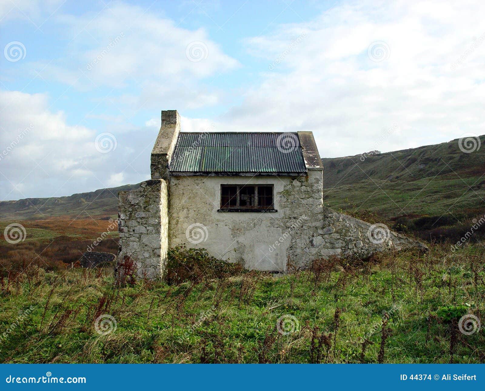 Download Cabaña irlandesa foto de archivo. Imagen de piedra, edificio - 44374