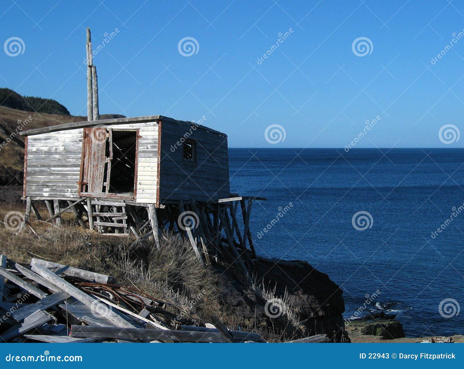 Cabaña vieja por el mar