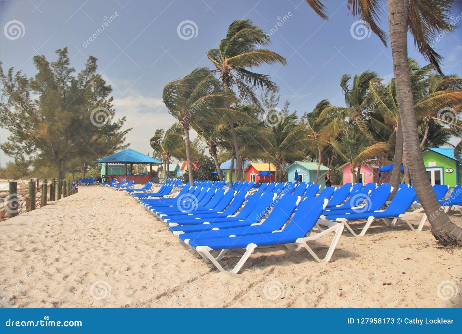 Sillones Coloridos.Cabanas Y Sillones Coloridos En La Playa En Princesa Cays
