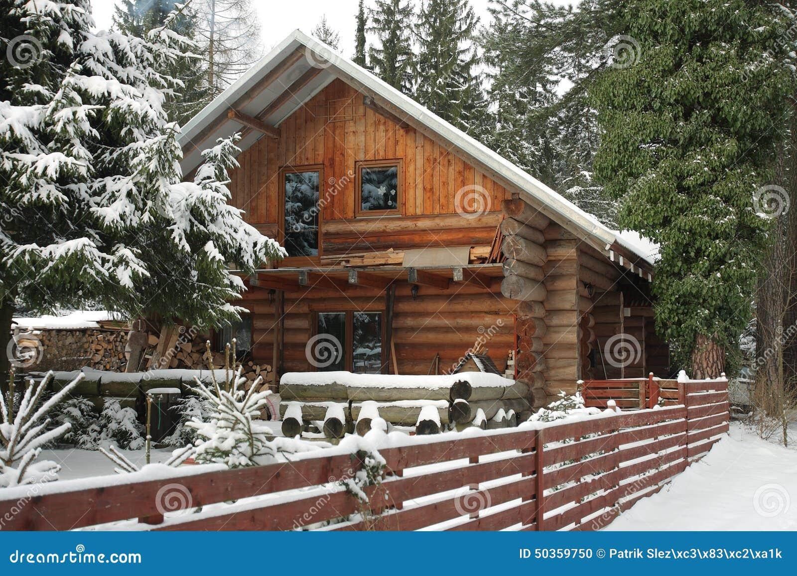 Caba a de madera en bosque en invierno foto de archivo imagen 50359750 - Cabana invierno ...