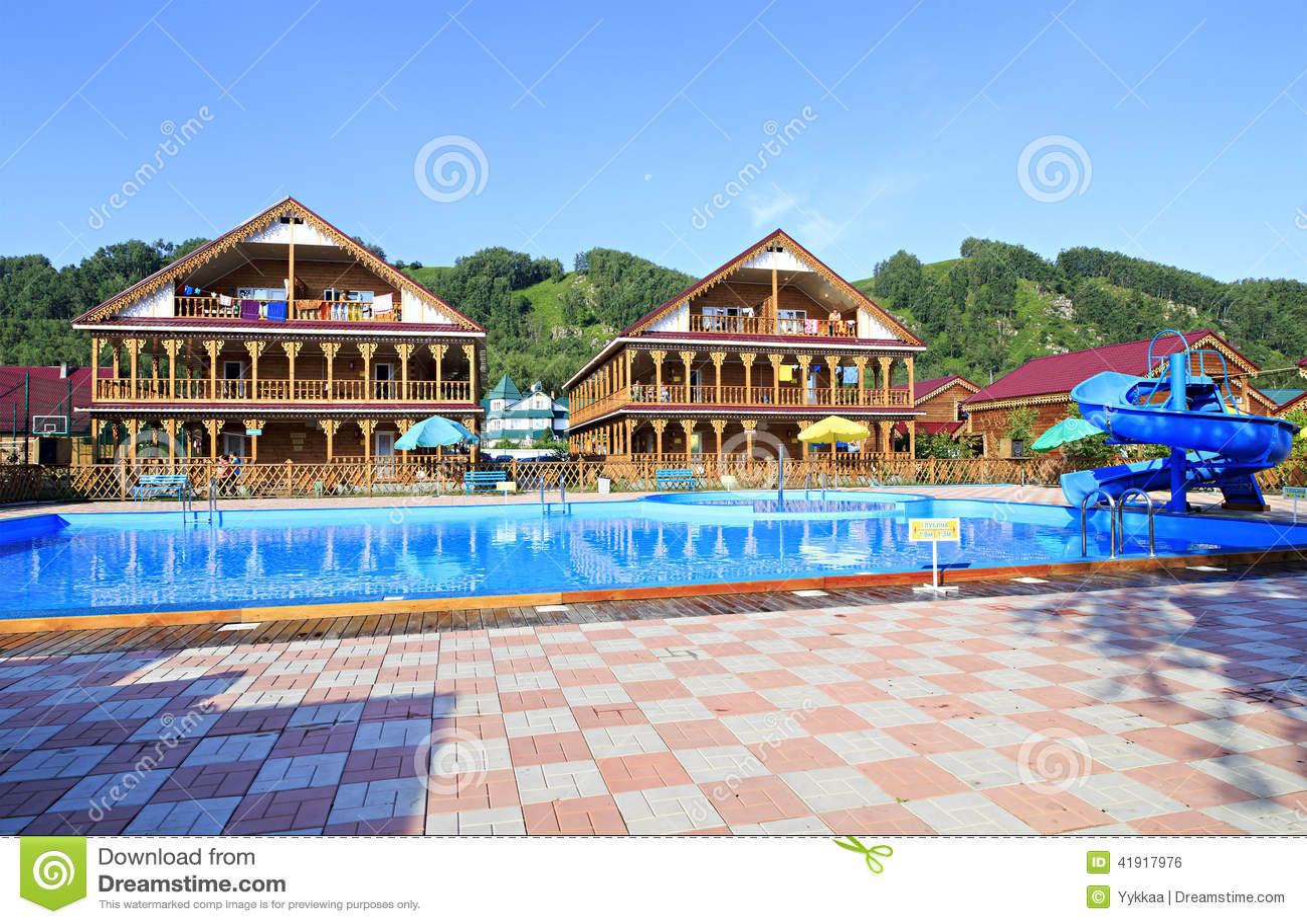 Caba?as de madera hermosas con la piscina en las monta?as