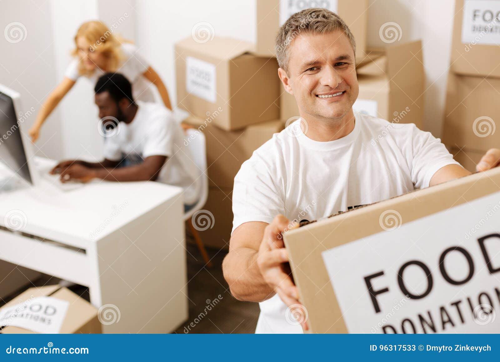 Dirigiremos éstos Hombres entusiastas sinceros aventureros que dedican su  tiempo al trabajo como voluntario y a enviar suministros de alimentos a  ésos en ... d4dbc4691b8