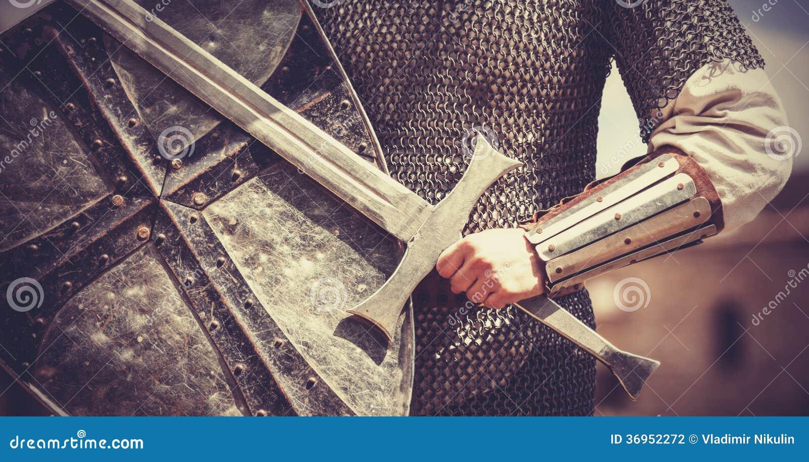 Caballero con la espada y el escudo