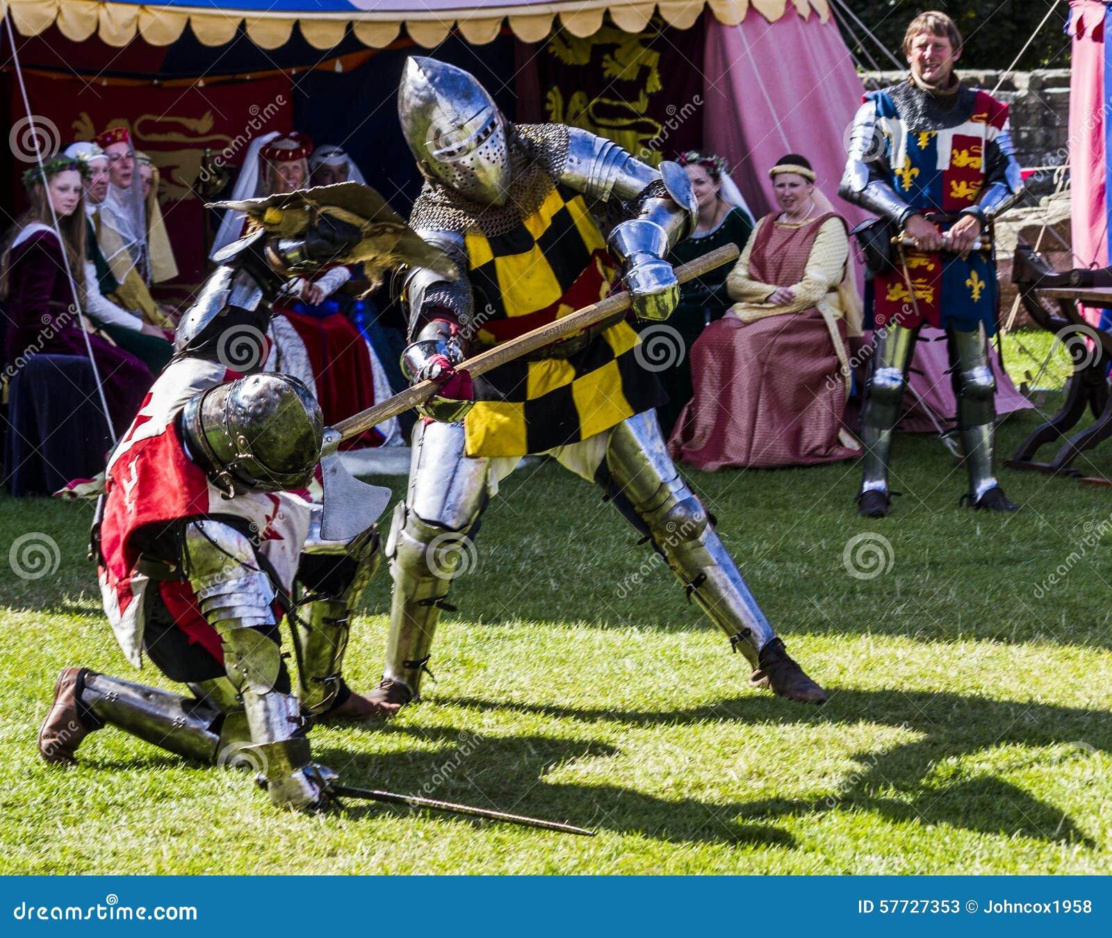 Caballeros en batalla Exhibición medieval Warkworth, Northumberland inglaterra Reino Unido