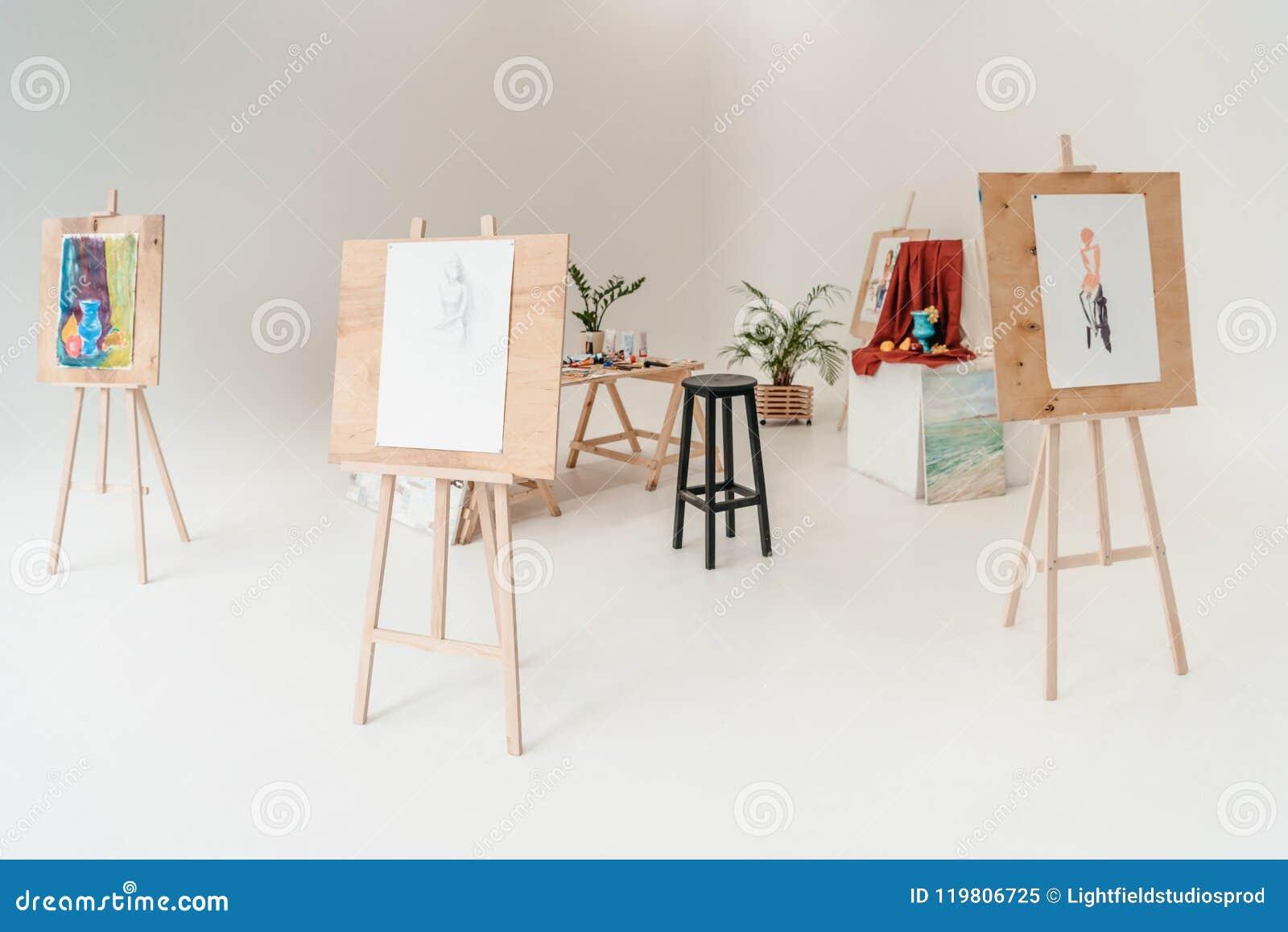 Caballetes con las pinturas en vacío