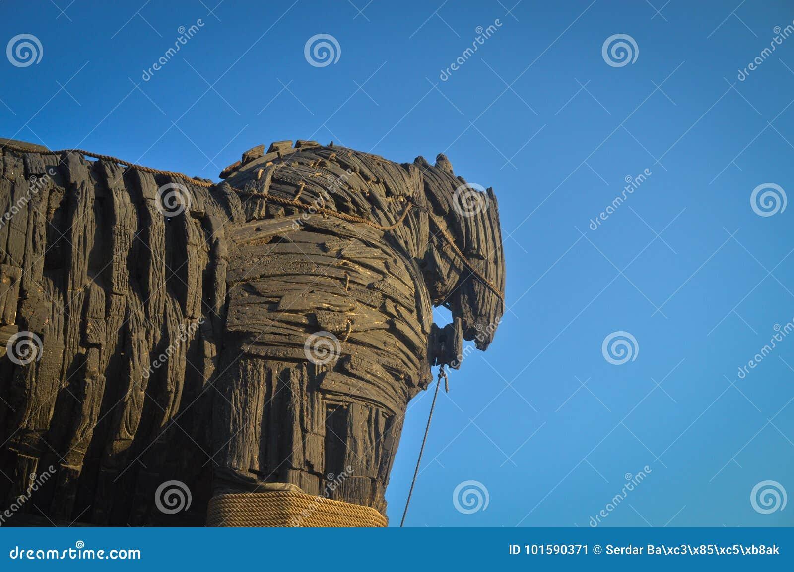 Caballo de Troya y cielo azul