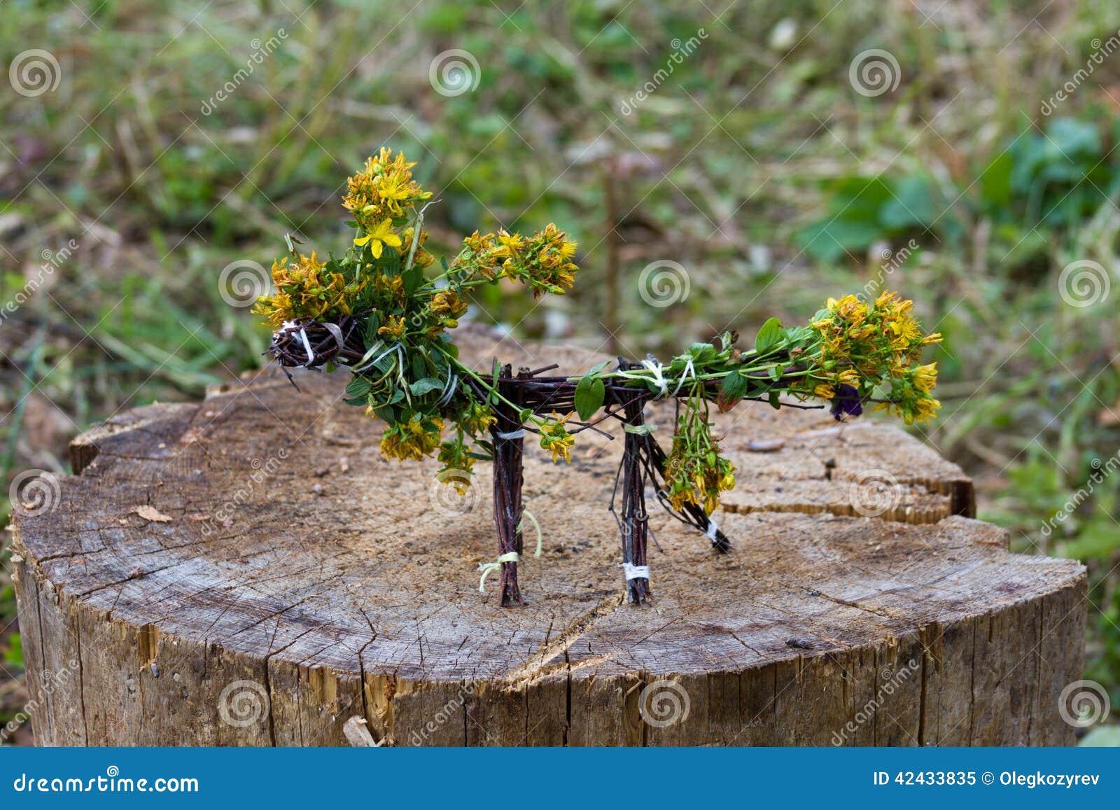 Caballo hecho de ramitas y de flores