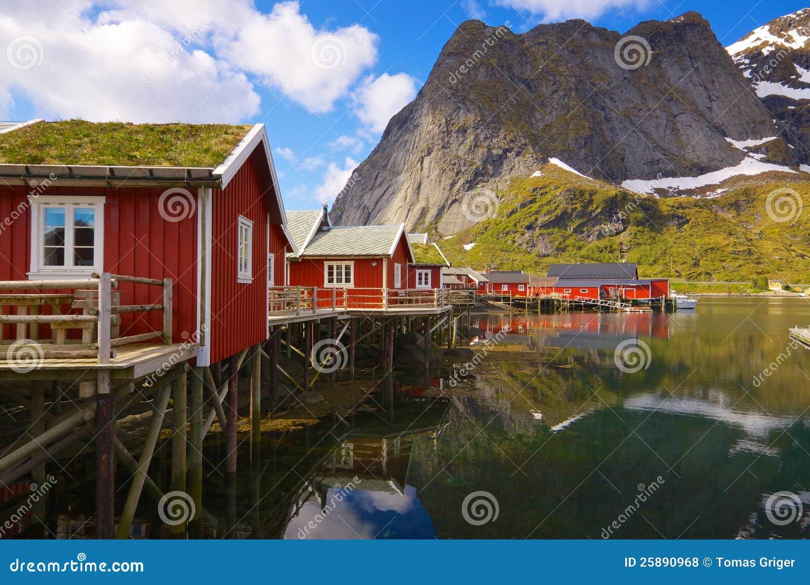 Cabanas da pesca com telhado do sod