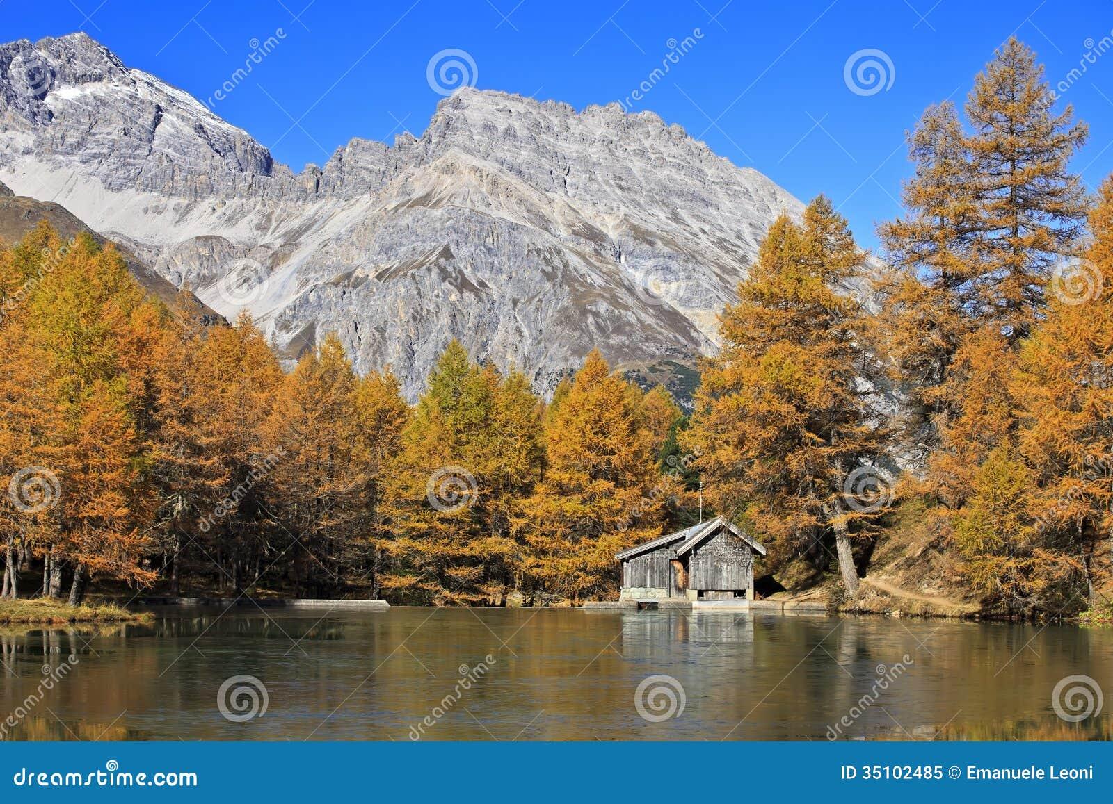 Cabanas r sticas de madeira pequenas pelo lago palpuogna for Modelos cabanas rusticas pequenas
