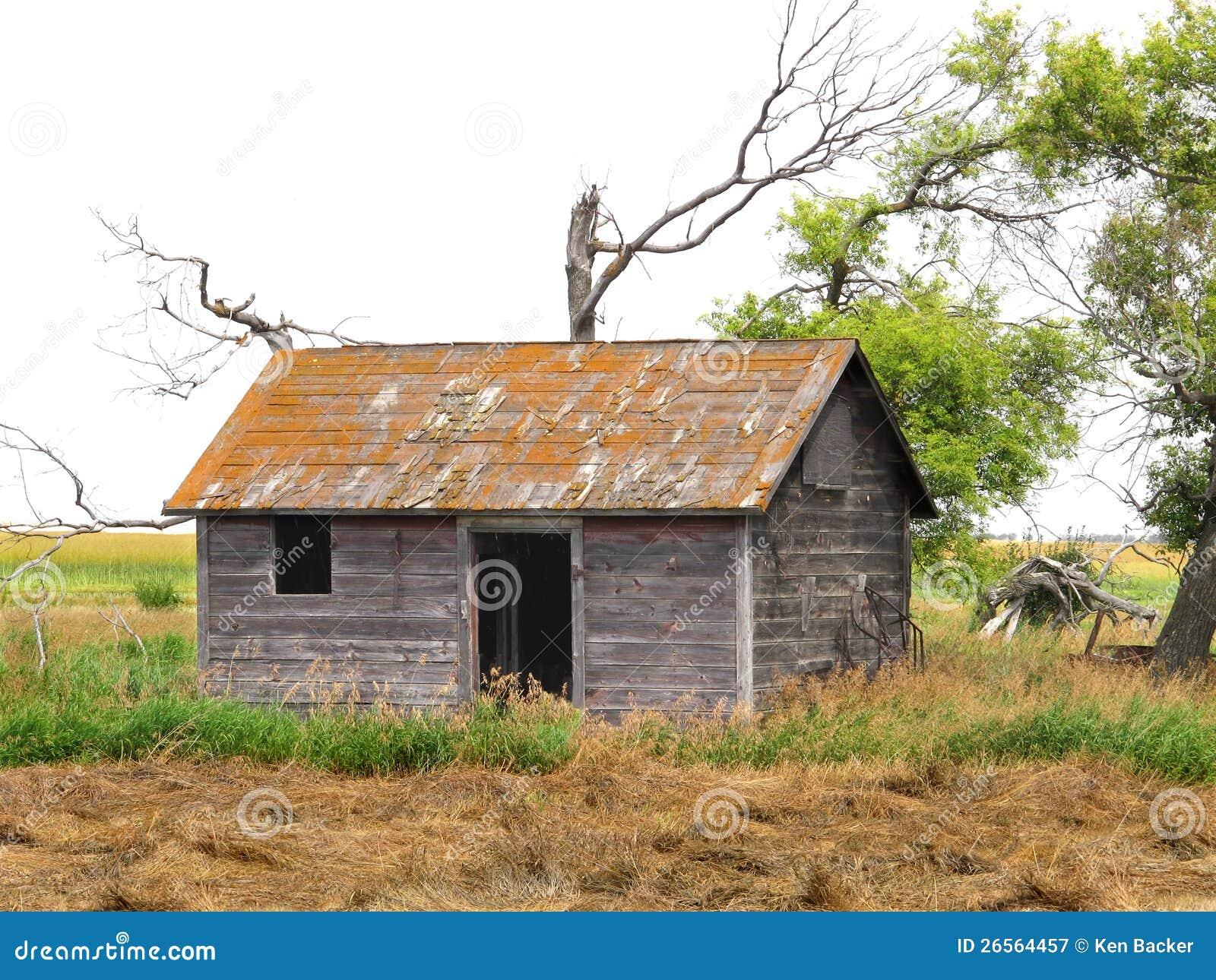 Cabane abandonnée dans un domaine de prairie