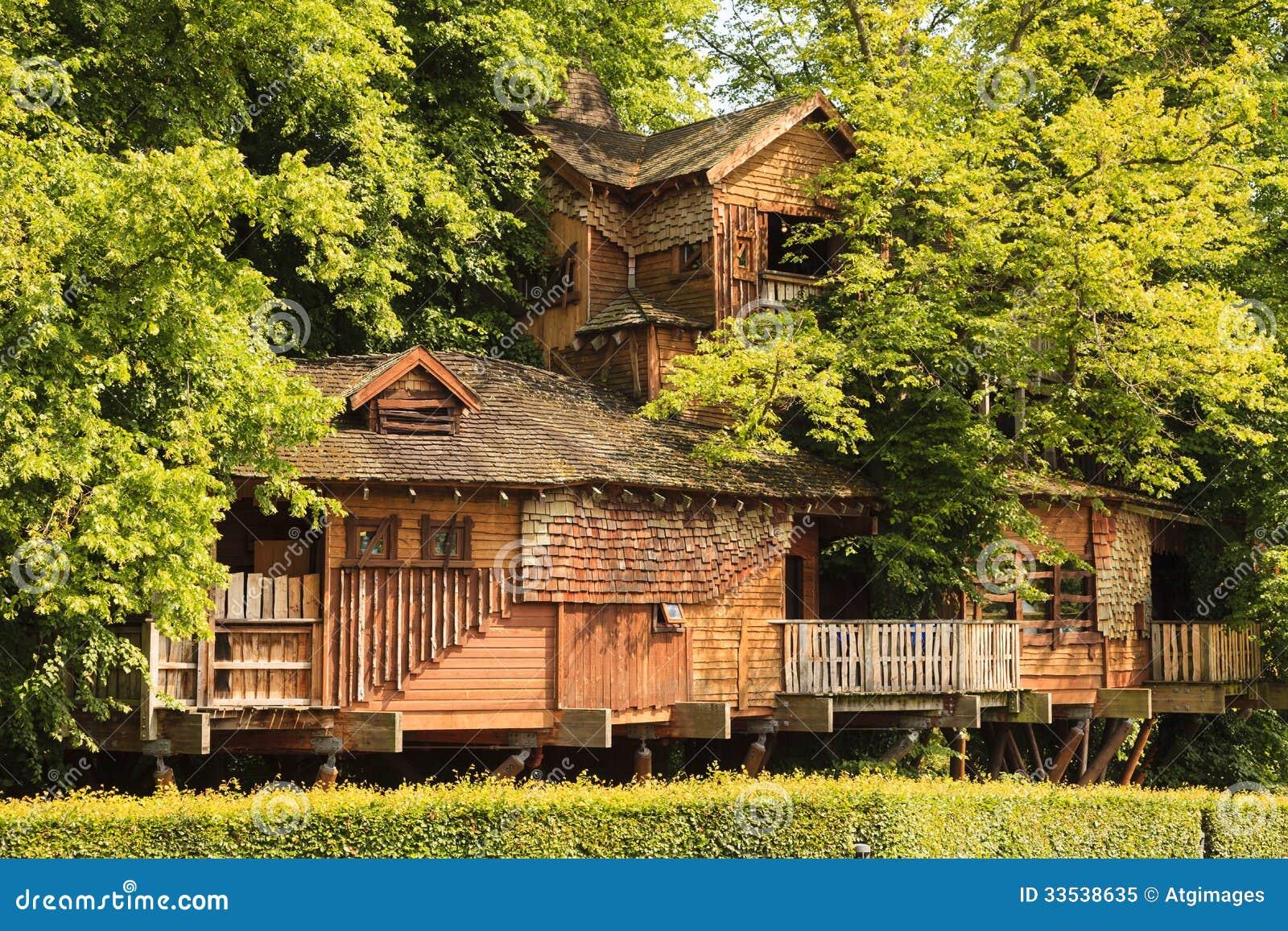 cabane dans un arbre de jardin d 39 alnwick image ditorial image 33538635. Black Bedroom Furniture Sets. Home Design Ideas