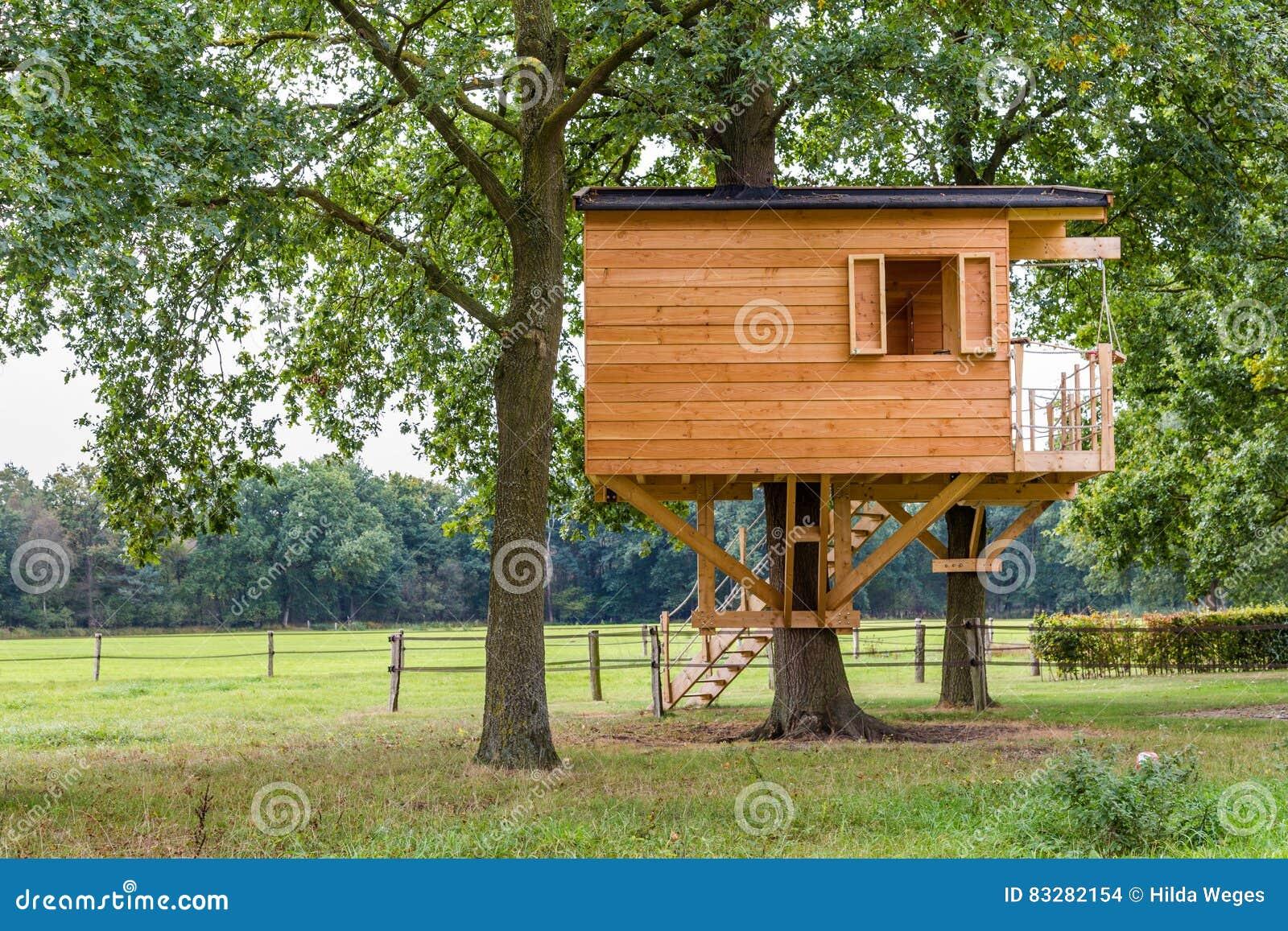 cabane dans un arbre en bois photo stock image du objet haut 83282154. Black Bedroom Furniture Sets. Home Design Ideas
