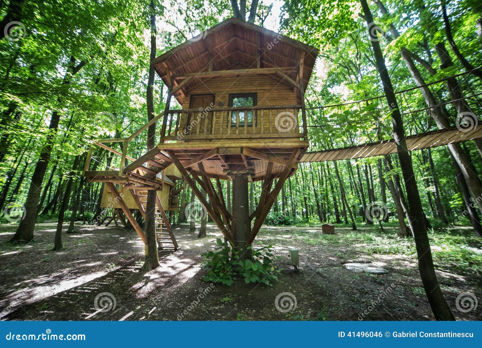 cabane dans un arbre en bois en parc naturel photo stock image 41496046. Black Bedroom Furniture Sets. Home Design Ideas