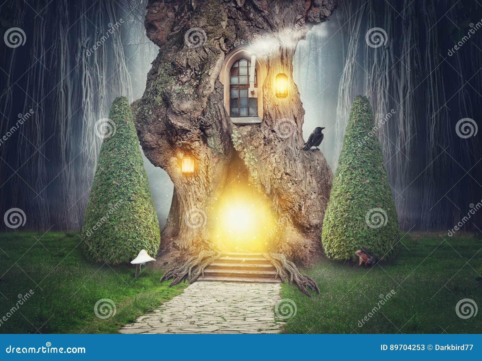cabane dans un arbre f erique dans la for t fonc e d. Black Bedroom Furniture Sets. Home Design Ideas
