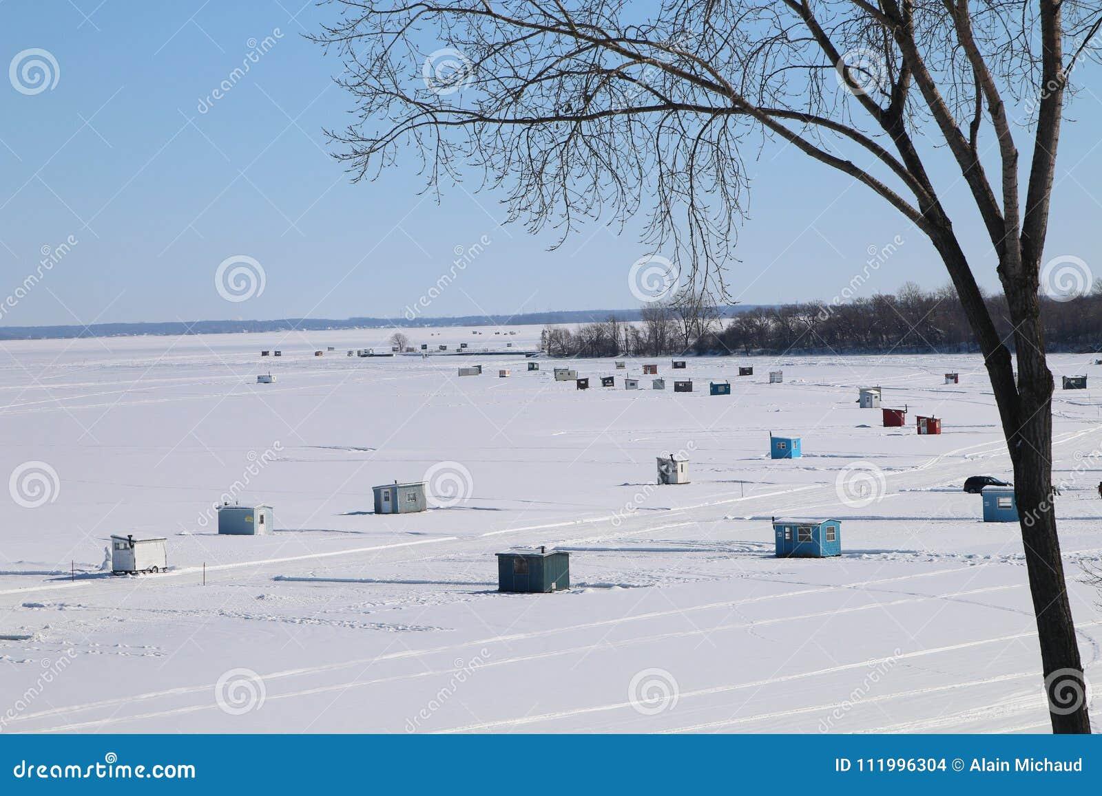 Cabane de pêche de glace sur le lac