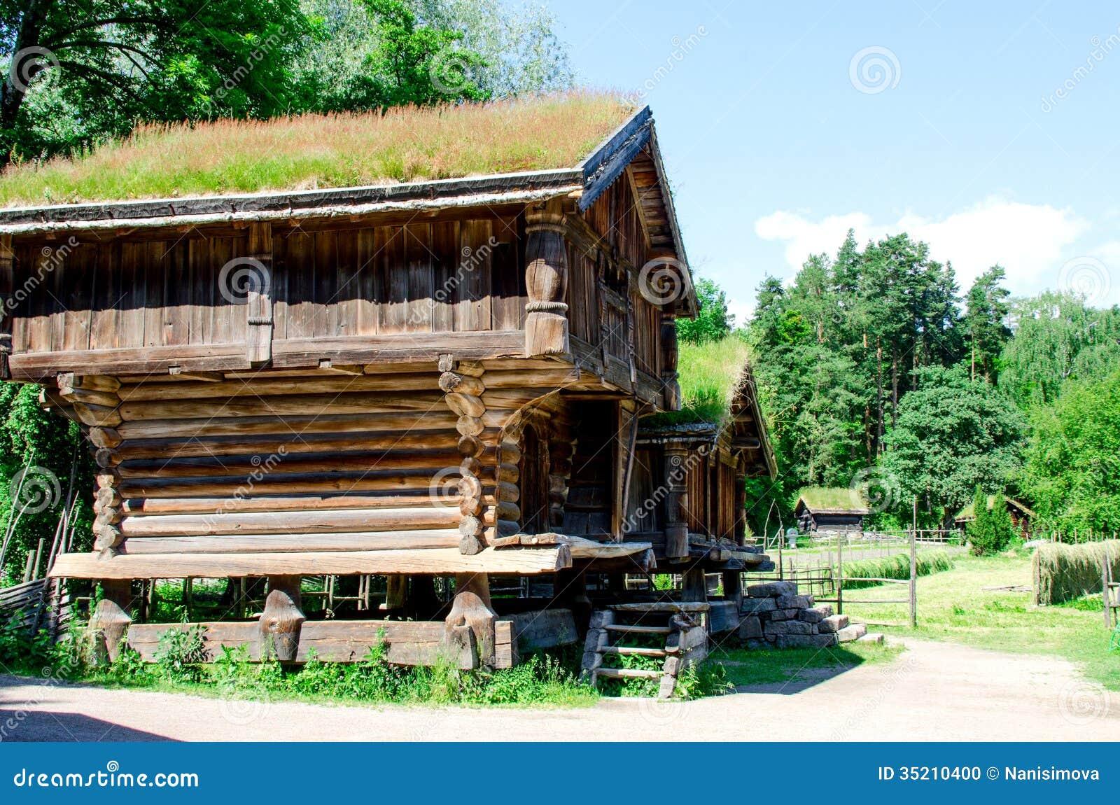 Cabane en rondins en bois norvégienne traditionnelle avec l herbe sur  ~ Cabane En Rondin De Bois