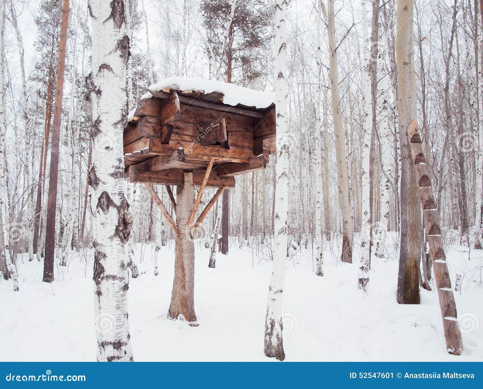 cabane en rondins en bois sur un arbre photo stock image 52547601. Black Bedroom Furniture Sets. Home Design Ideas