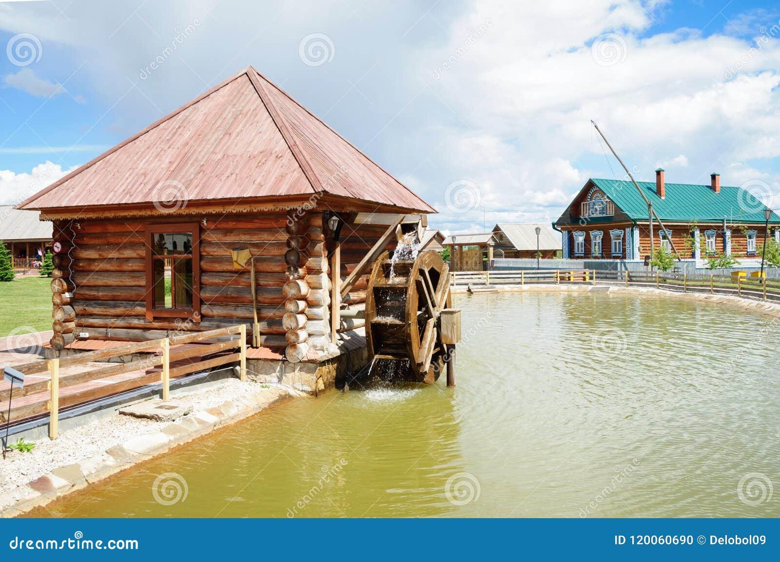 Cabane en rondins fonctionnante de moulin à eau