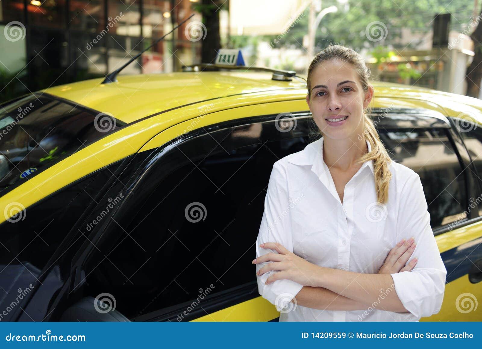 Cabchaufförkvinnlig som hon den nya ståenden taxar