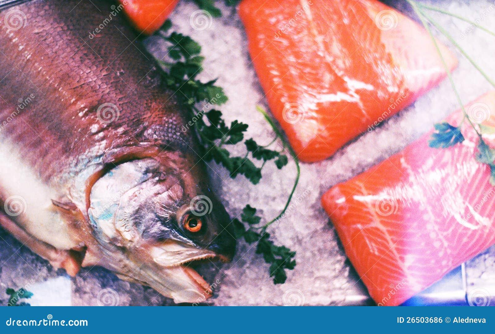 Cabeça de peixes saborosos inoperantes no gelo